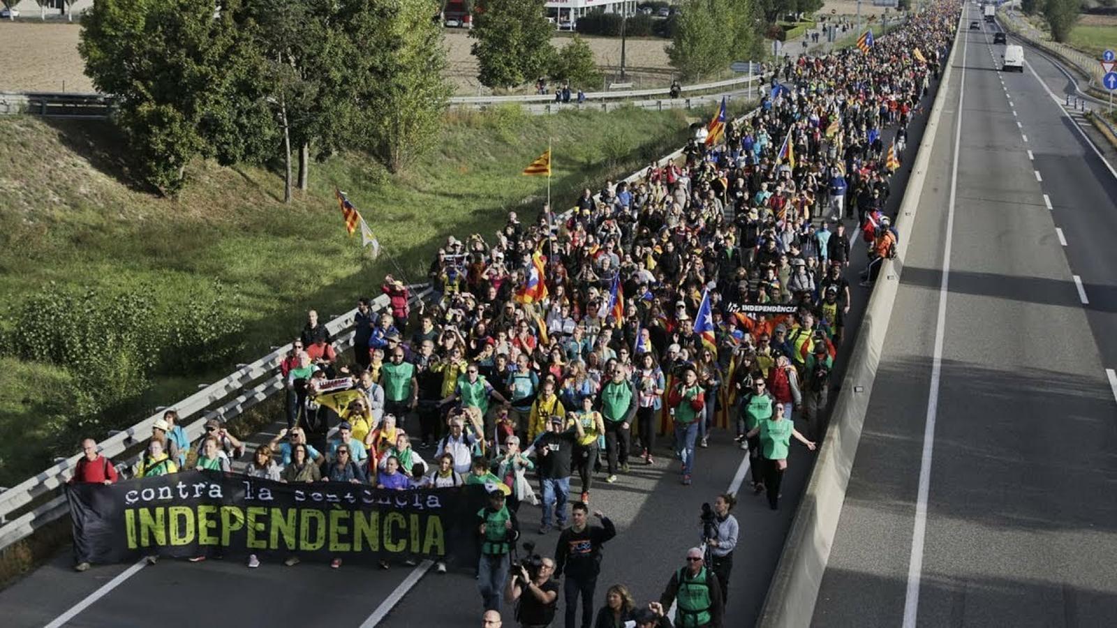 """""""Toca caminar per defensar la democràcia"""""""