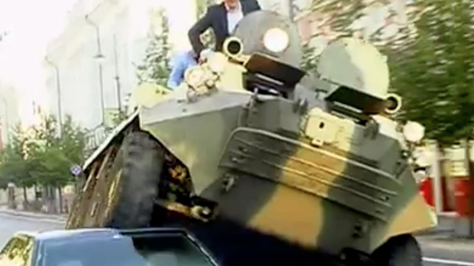 L'alcalde de Vílnius aixafa un cotxe mal aparcat amb un tanc