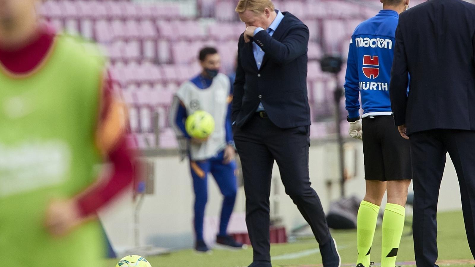 Ronald Koeman, capcot després de perdre el seu primer Barça-Madrid com a entrenador