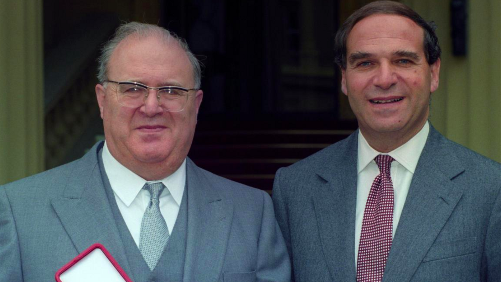 Samuel Brittan, a l'esquerra, al costat del seu germà, Leon