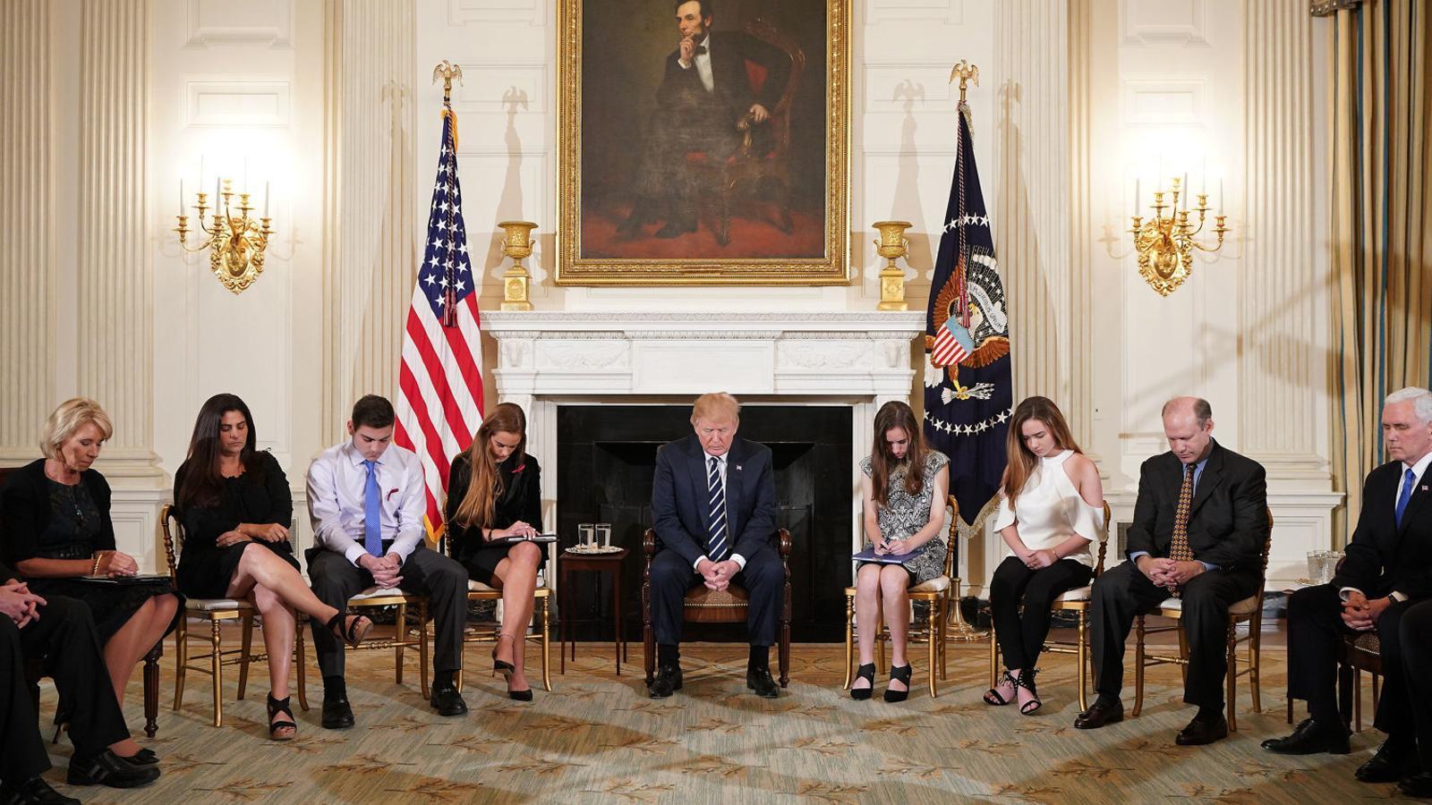 El president Donald Trump resant durant la reunió en què van participar sis alumnes de l'institut de Florida.