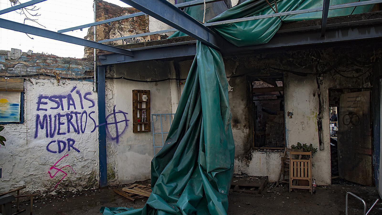 Pintades amb simbologia nazi i amenaces a l'interior de l'Ateneu Popular de Sarrià després de l'incendi de finals de març.
