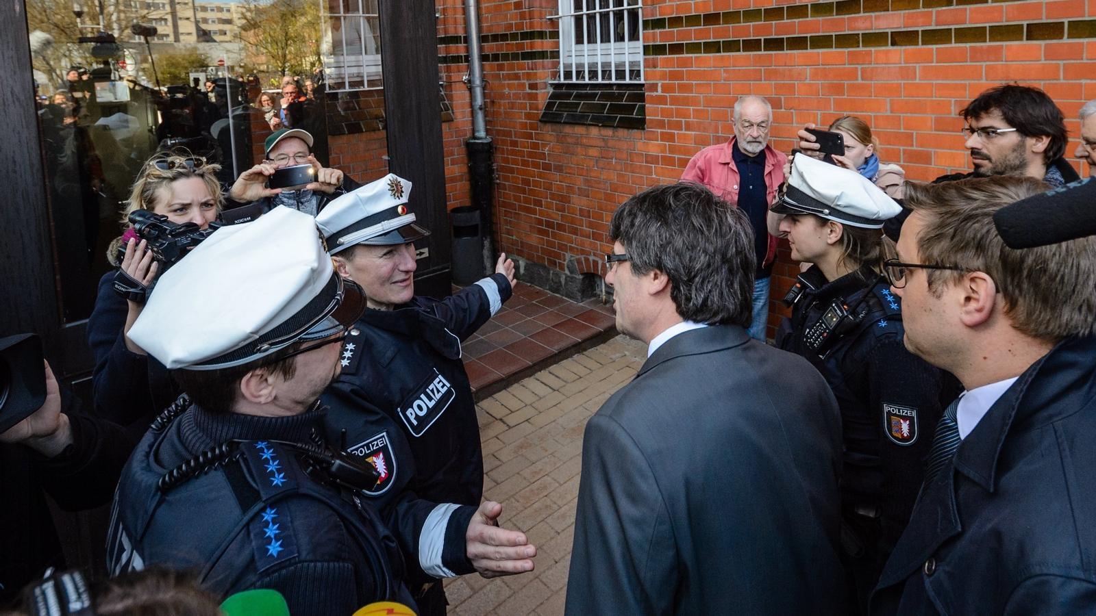 El presidente de la Generalitat Carles Puigdemont después de salir de la cárcel de Neumünster