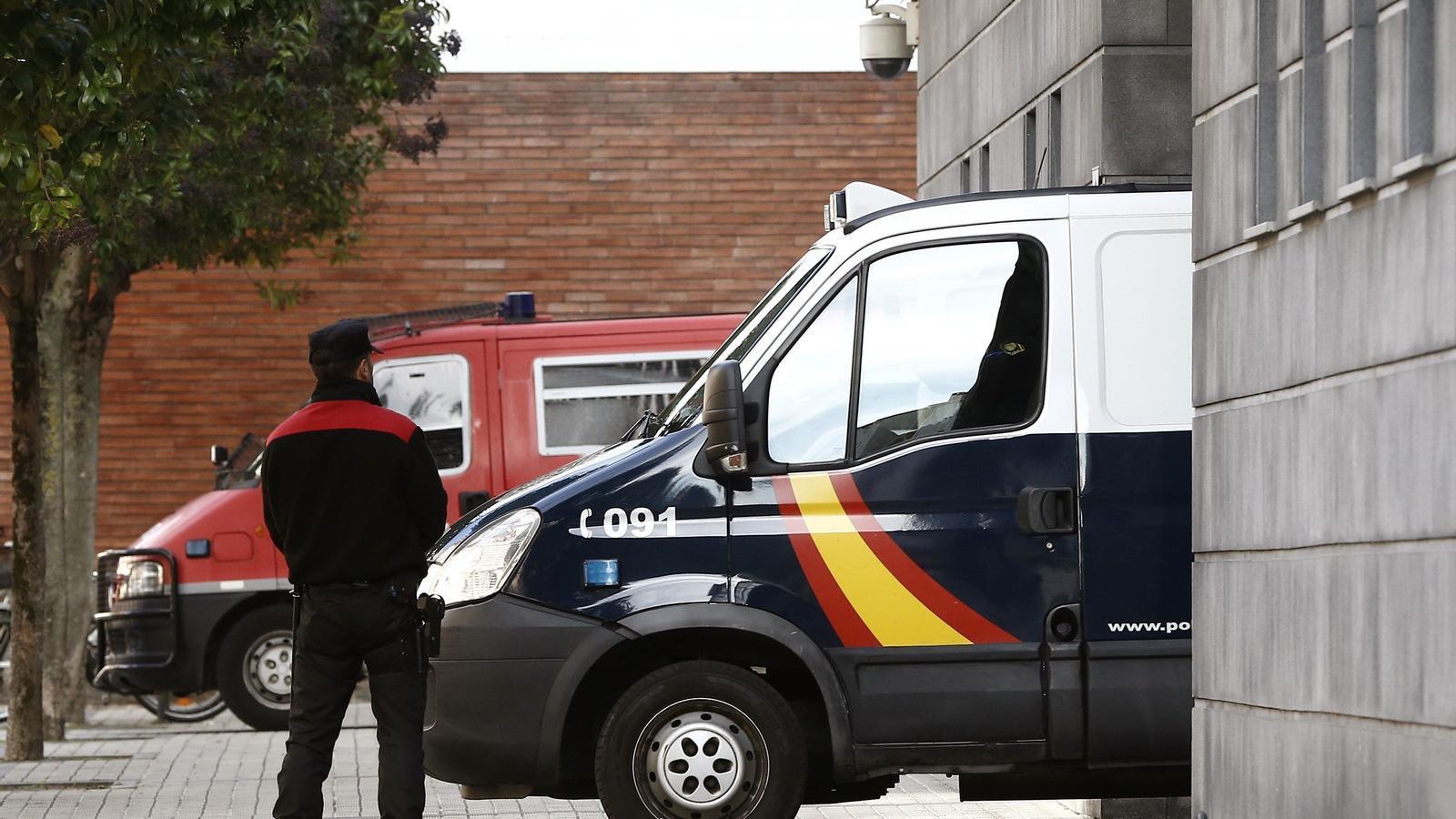 Una furgoneta policial duent a l'Audiència Provincial de Navarra els cinc acusats per la violació múltiple dels Sanfermines de 2016