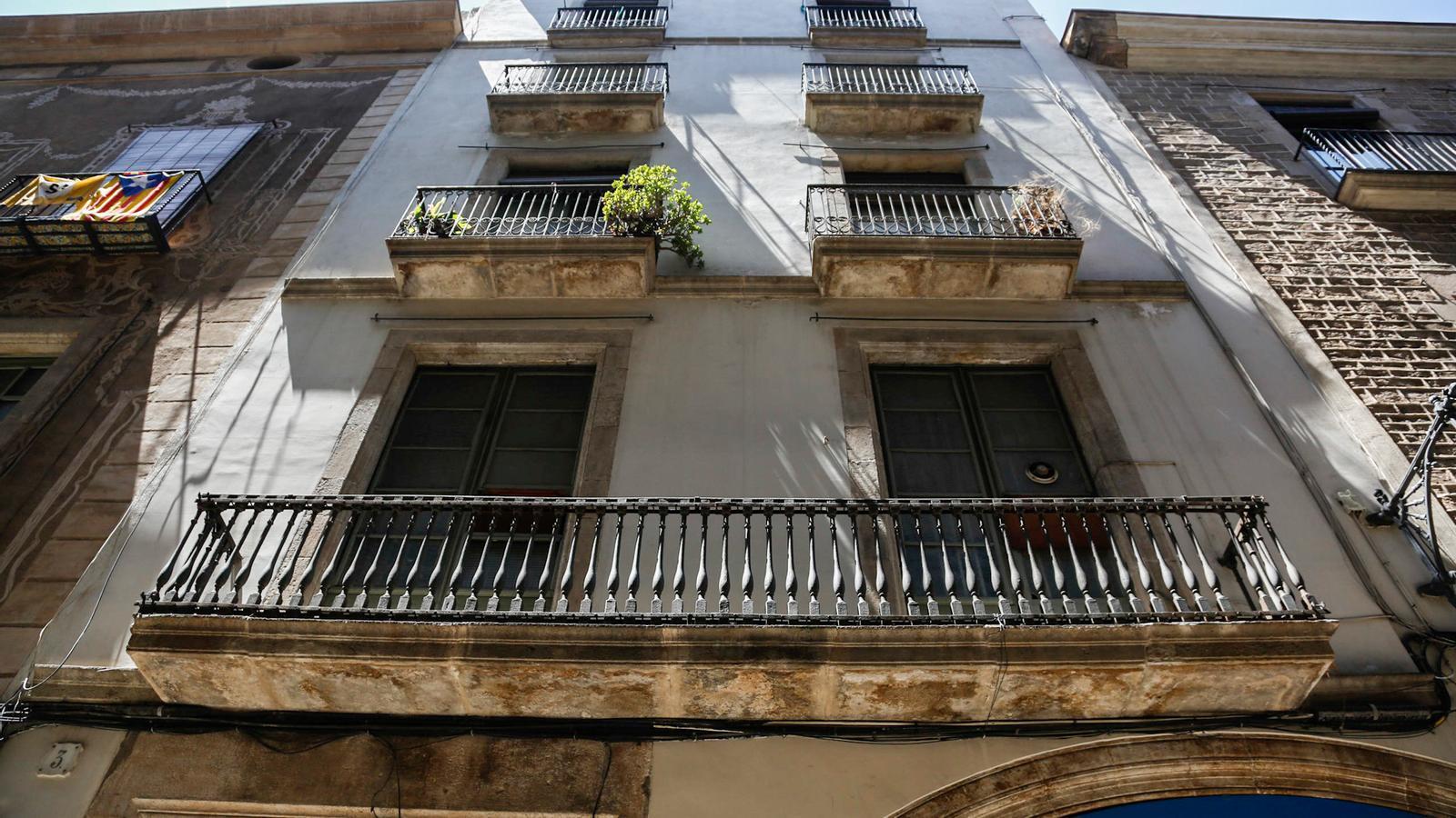 Barcelona porta a la fiscalia l'assetjament immobiliari a uns veïns a qui van arribar a fumigar