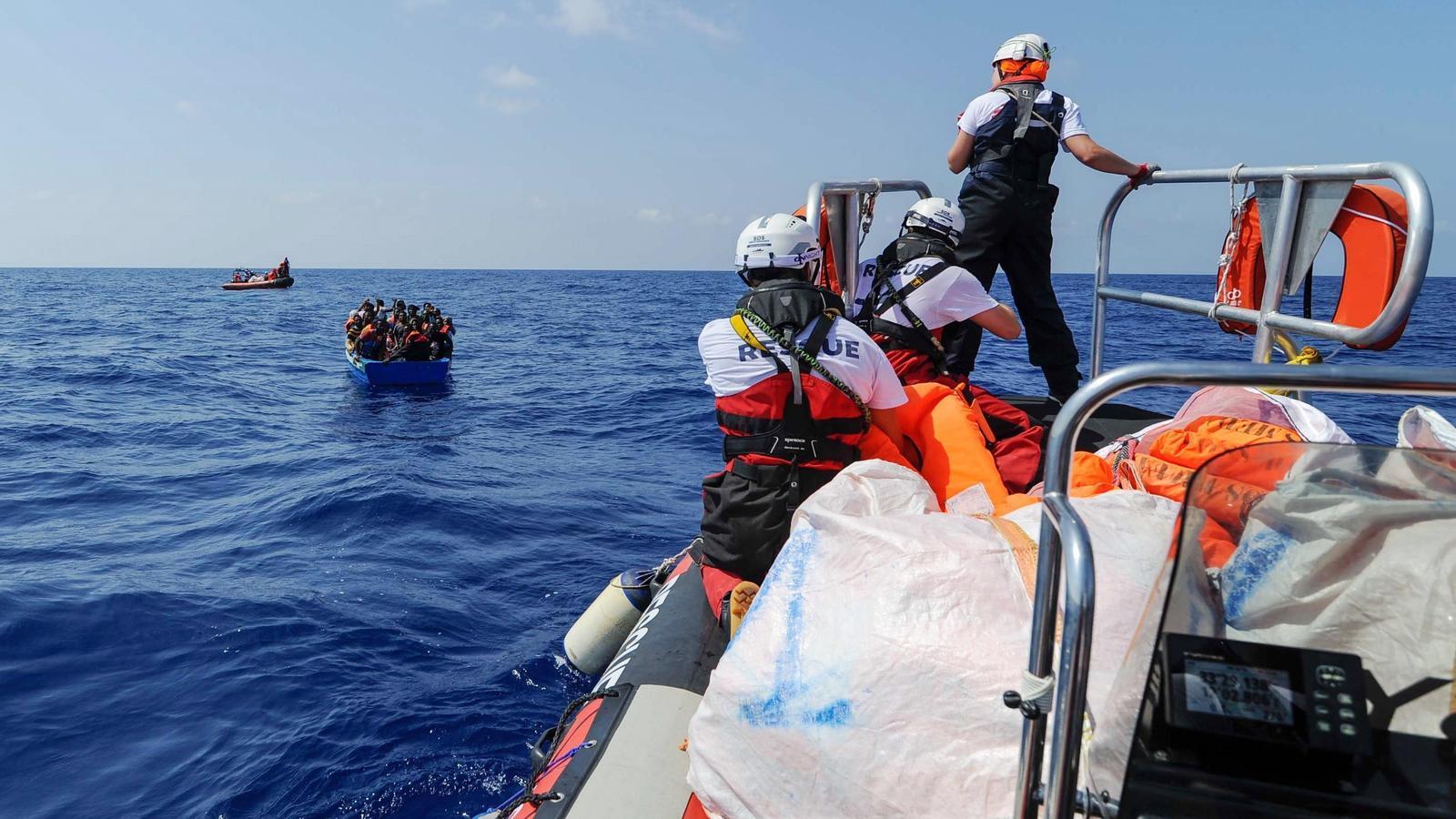 Fotografia cedida per l'ONG SOS Mediterranée  del moment en que diversos immigrants són rescatats per ser portats a bord del vaixell de rescat Aquarius el 10 d'agost del 2018
