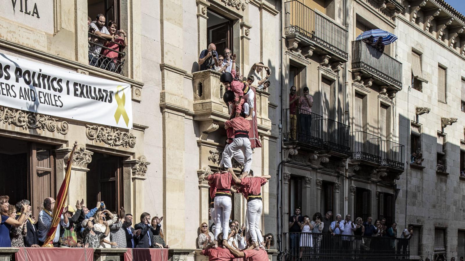 A la imatge de l'esquerra, la colla Joves de Valls executa un dos de vuit sense folre, i a la dreta, la Vella de Valls culmina un quatre de vuit sense folre, ahir a Santa Úrsula.