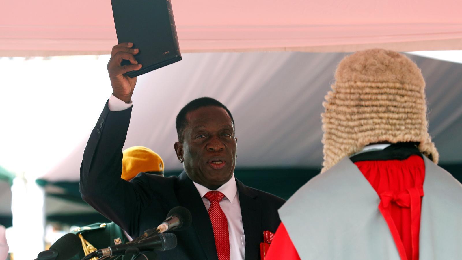Emmerson Mnangagwa jurant el càrreg com a president provisional de Zimbàbue