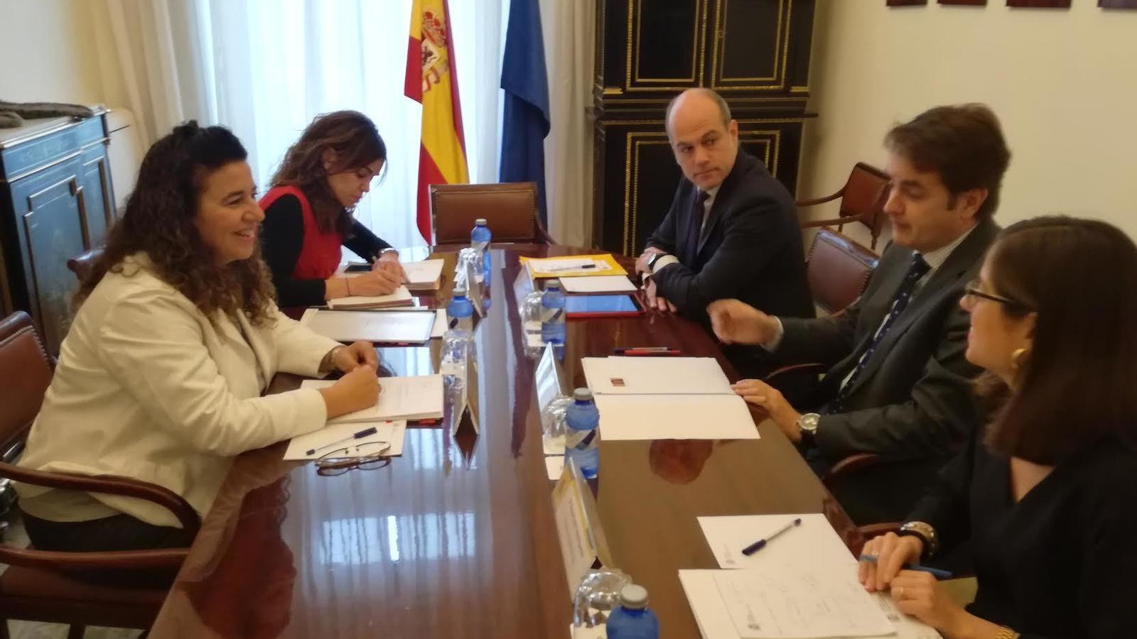 La consellera de Presidència, Pilar Costa, i el secretari d'Estat, Roberto Bermúdez de Castro, a la reunió d'aquest dijous a Madrid.