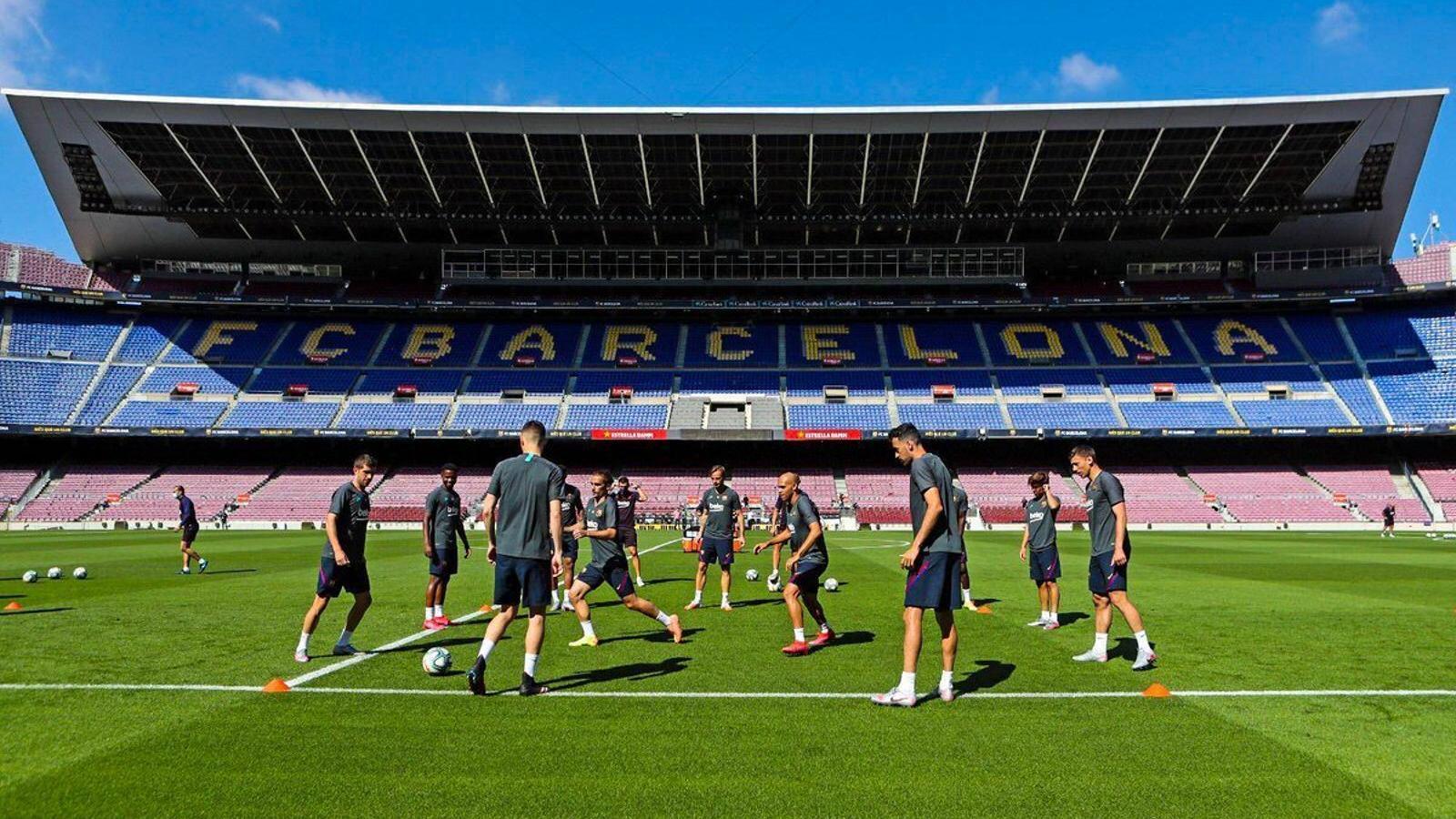 Més indignació que ganes que torni el futbol entre els penyistes del Barça i de l'Espanyol