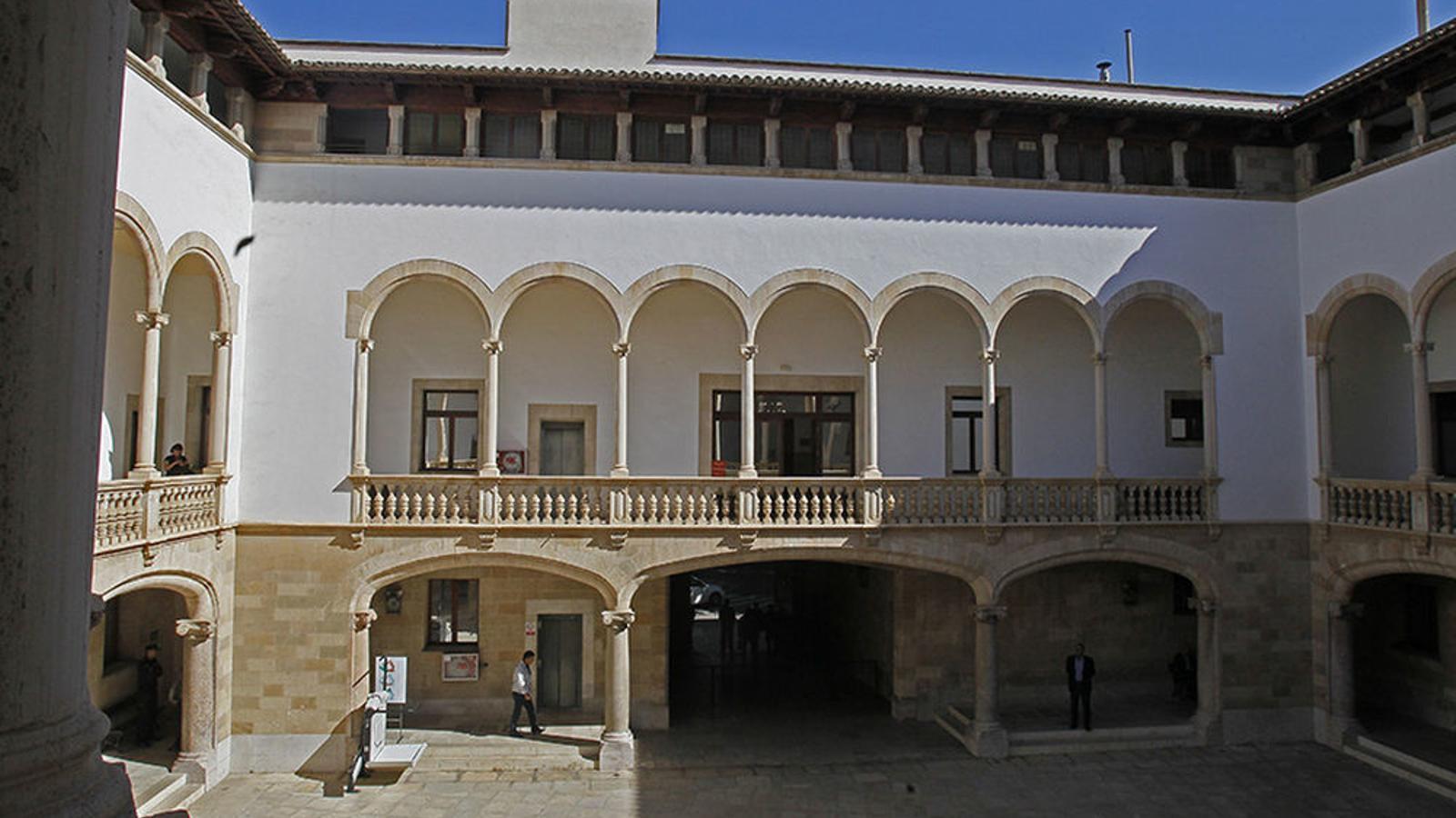 La seu del Tribunal Superior de Justícia de les Balears es troba a la Plaça Mercat de Palma.