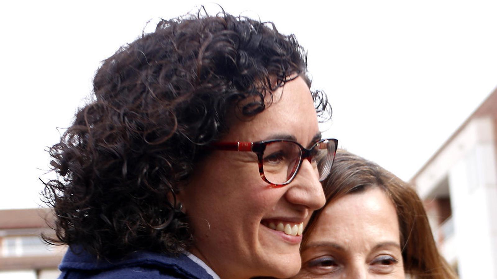 Marta Rovira i Carme Forcadell abraçant-se en el primer míting de campanya de la presidenta del Parlament.