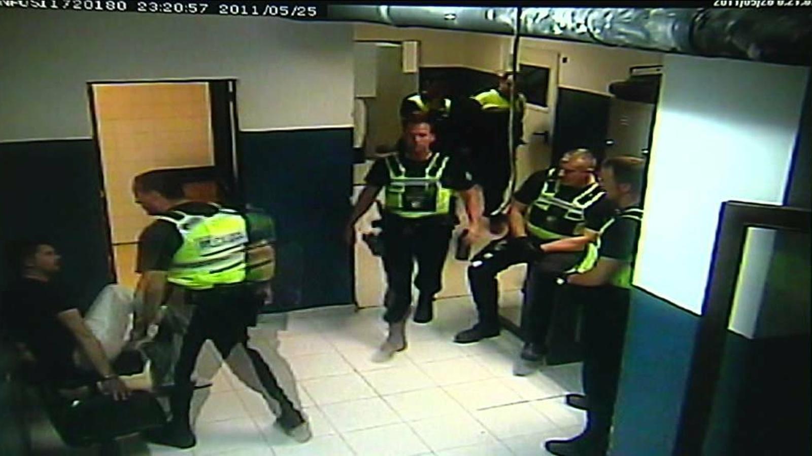 Una sentència obliga a l'asseguradora d'un policia maltractador a assumir la seva defensa jurídica