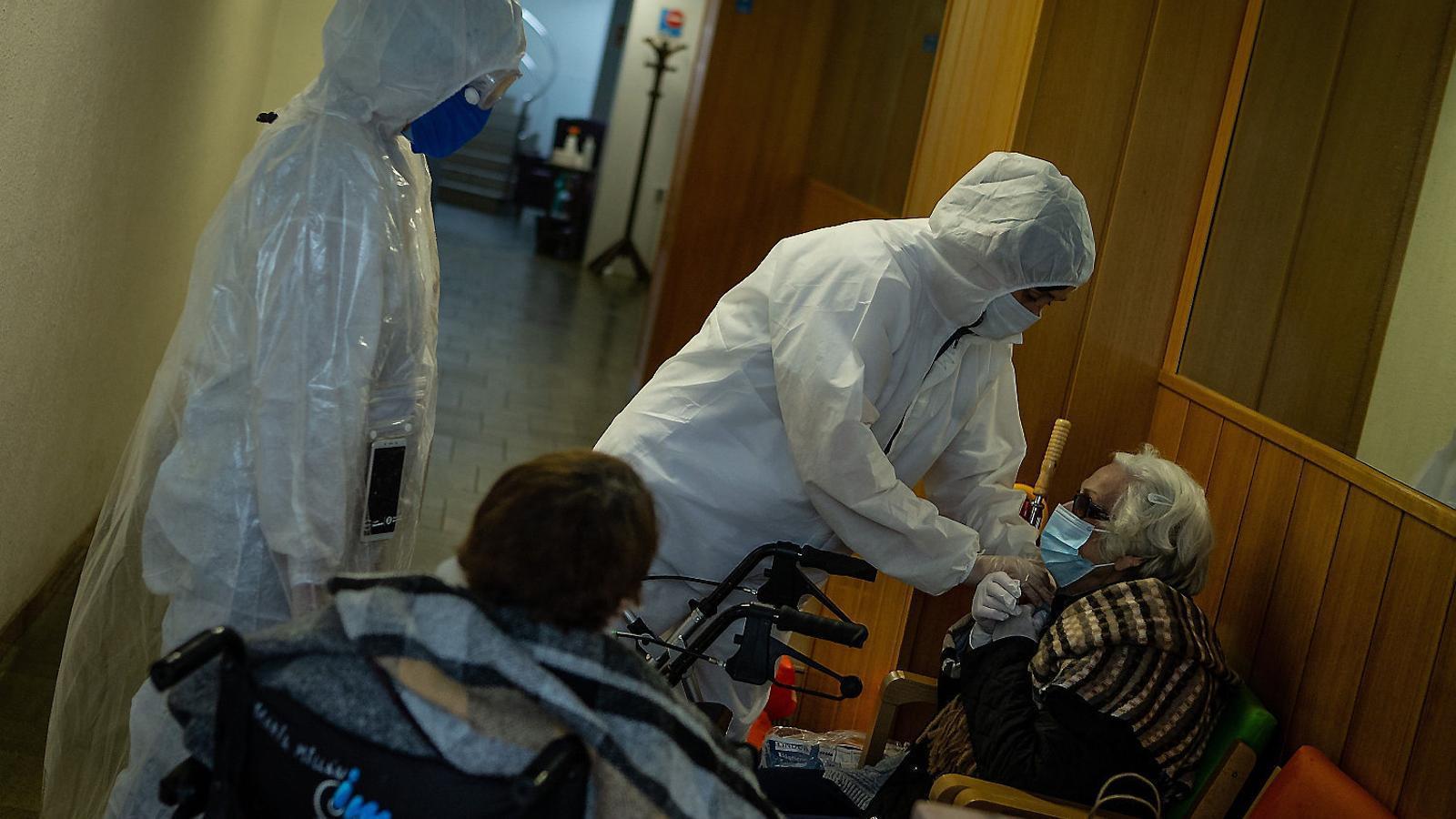 Voluntaris d'Open Arms fent tests de coronavirus en una residència de Barcelona