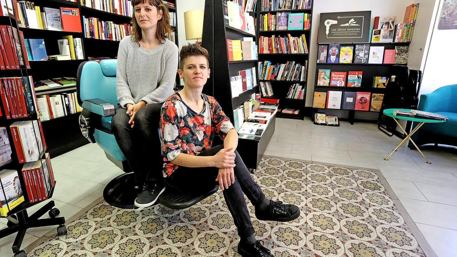 ROSTRES VISIBLES  Maria Khan i Lola Fernández posen a la llibreria Los Oficios Terrestres.
