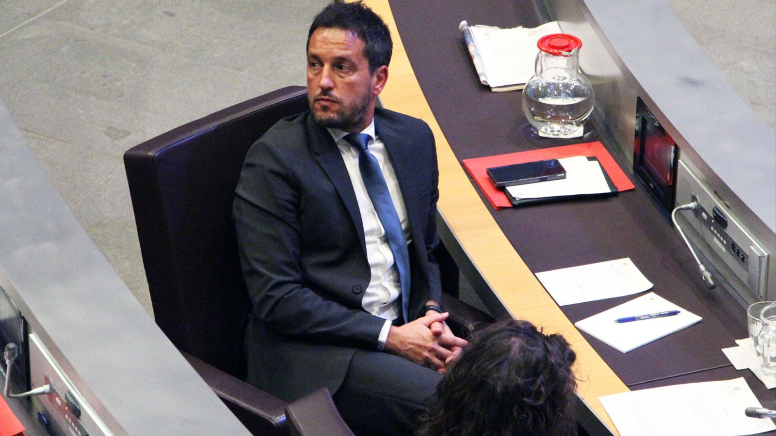 Pere López, al seu escó del Consell General. / M. P.