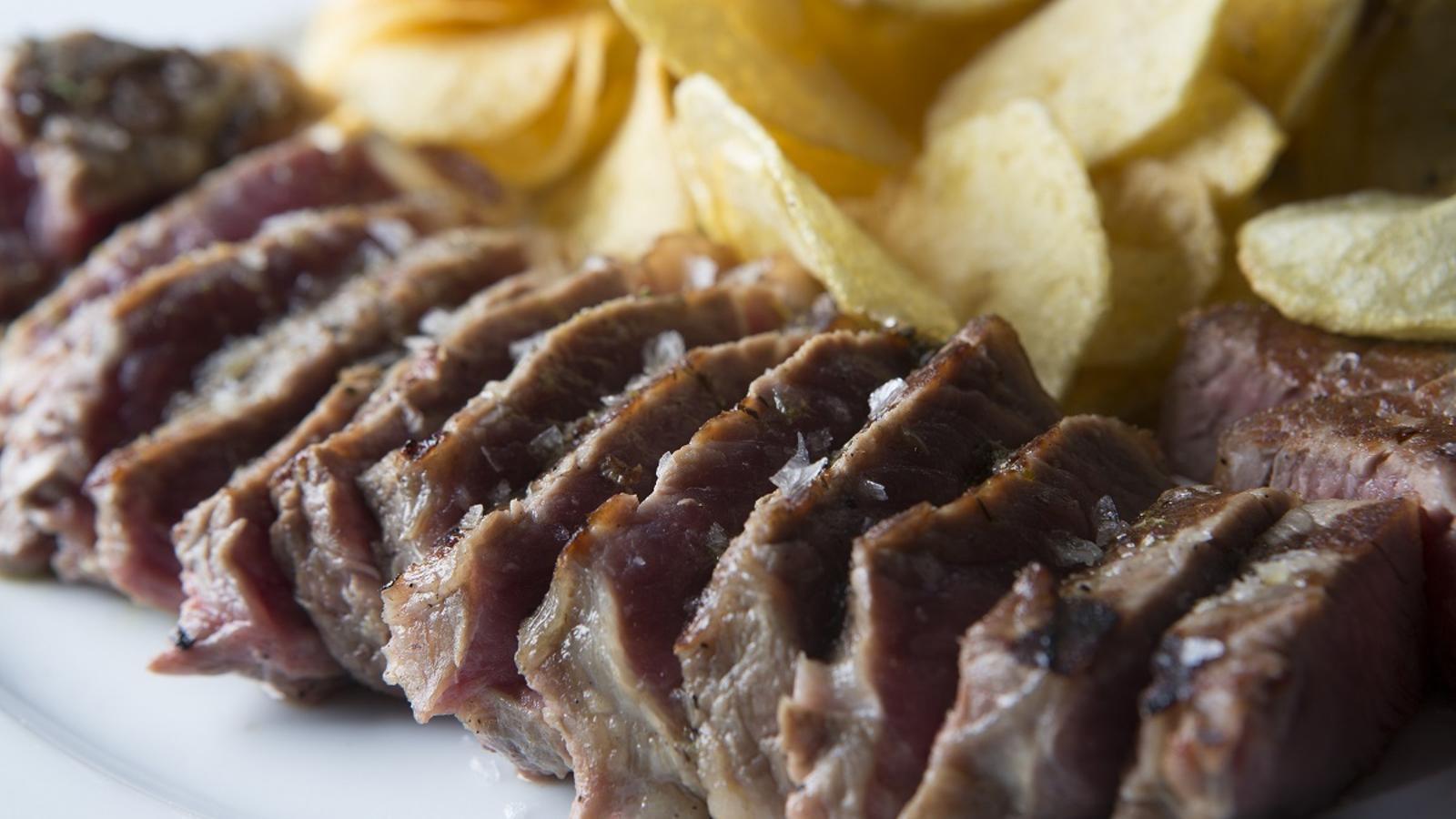Un entrecot amb patates fregides: els territoris en fase 2 recuperen els restaurants i els clients