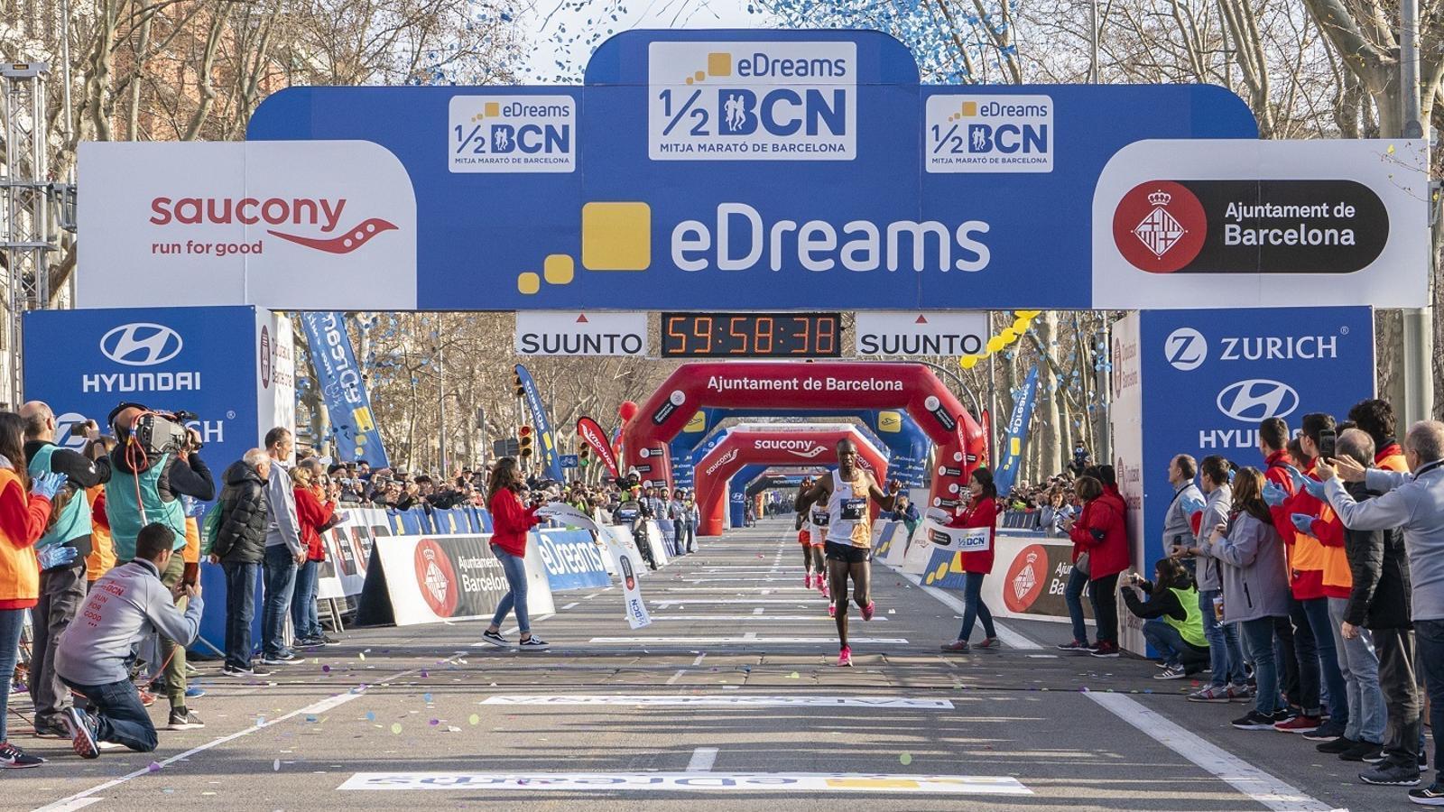 Victor Chumo creua la meta de la Mitja Marató de Barcelona