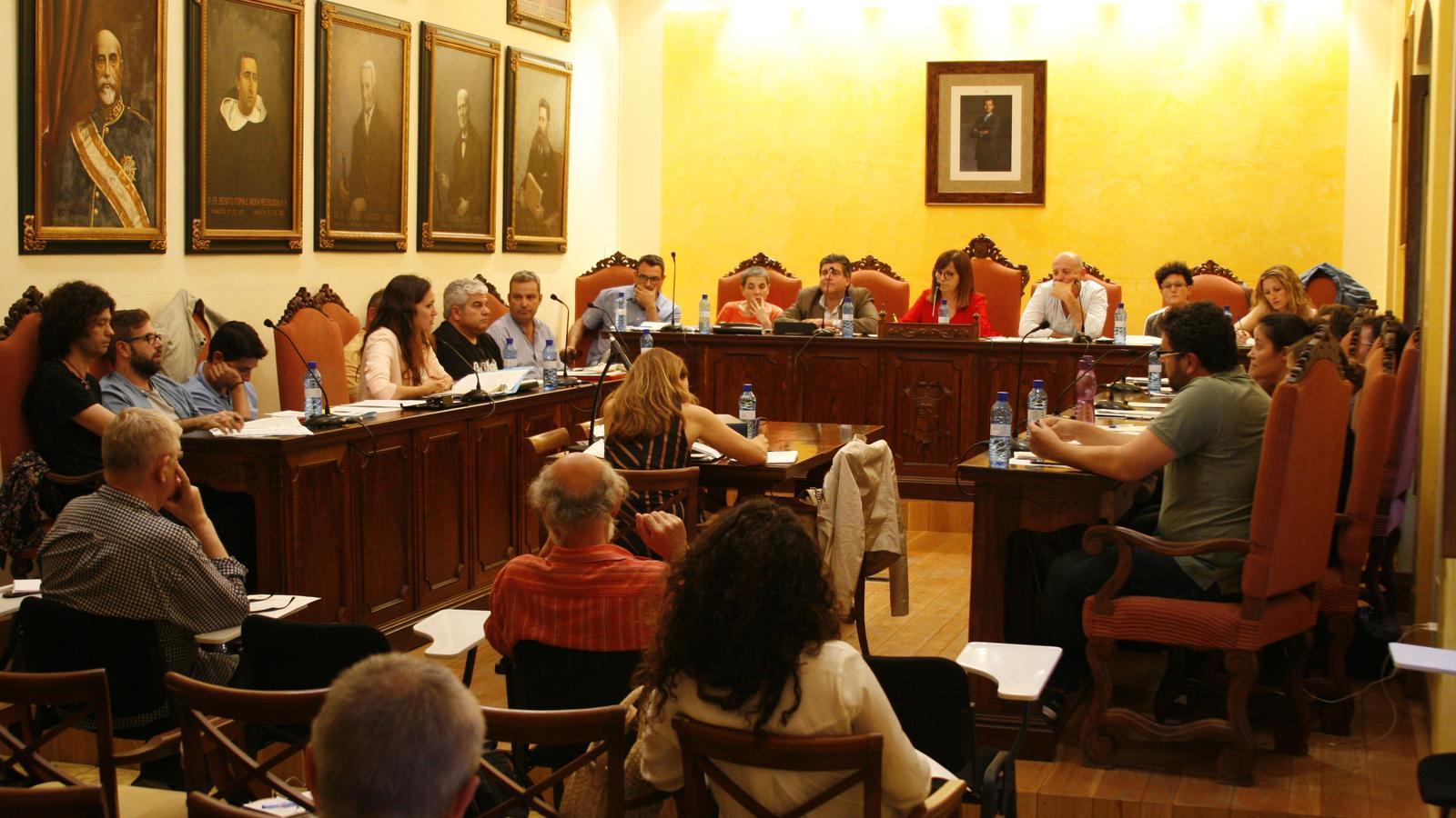El ple municipal, dividit a l'hora de tractar la problemàtica del personal municipal.