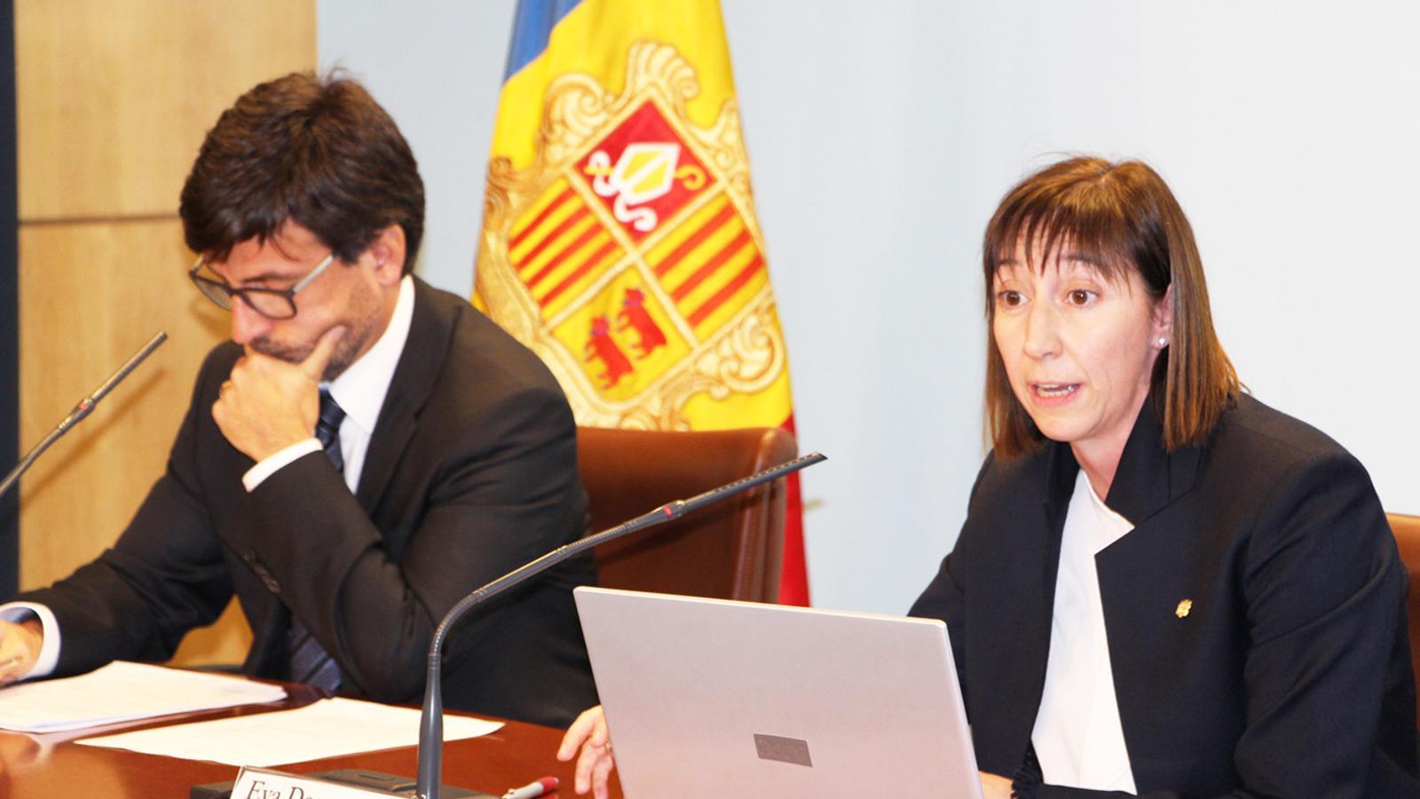 a ministra de Funció Pública i Reforma de l'Administració, Eva Descarrega, durant la seva compareixença a la roda de premsa posterior al consell de ministres, acompanyada pel portaveu del Govern, Jordi Cinca. / B. N. (ANA)