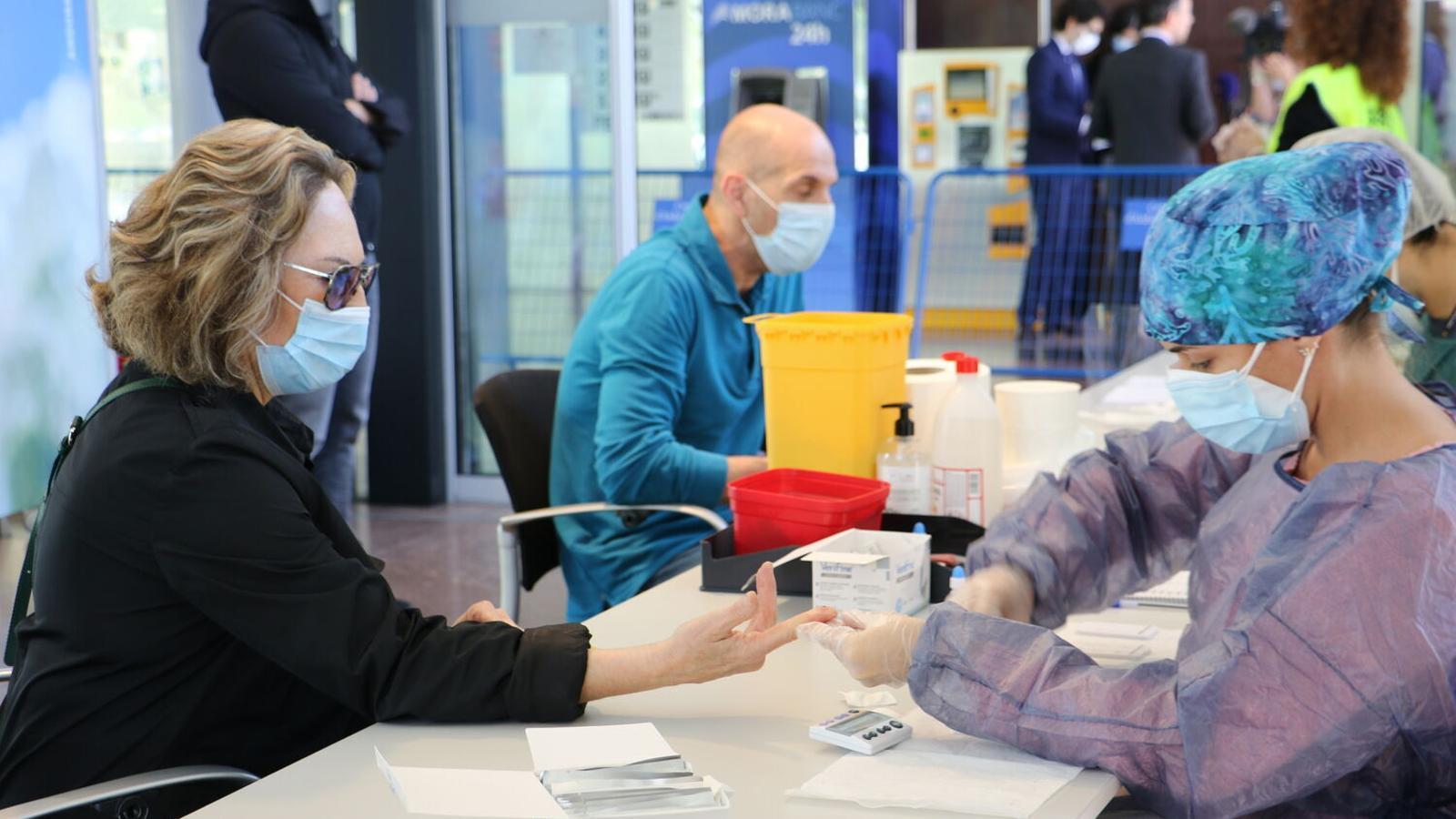 Dues persones passen la prova a l''stop lab' habilitat al Centre de congressos d'Andorra la Vella. / E. C. (ANA)