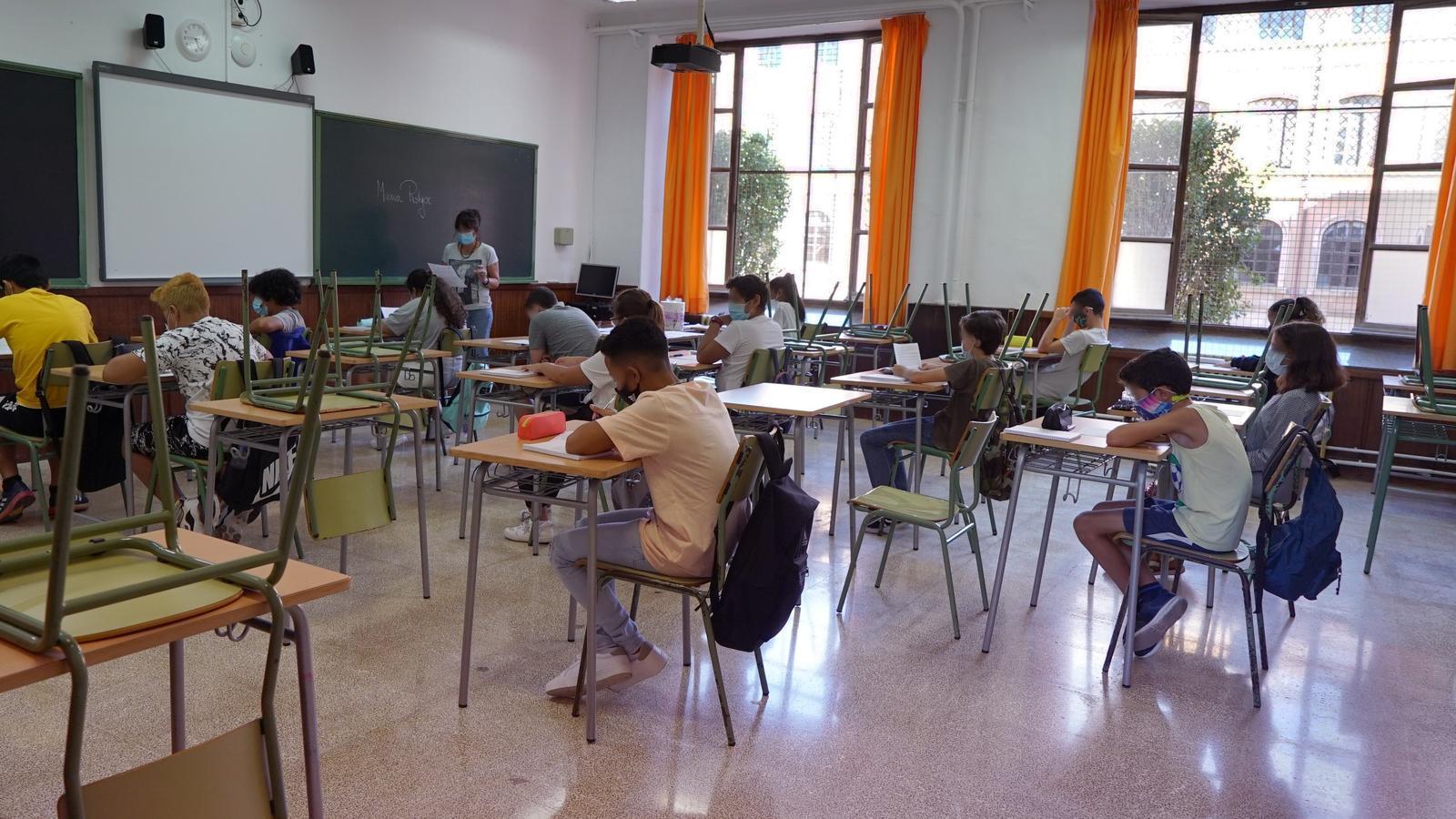 Alumnes fent classe el primer dia de curs 2020-21.
