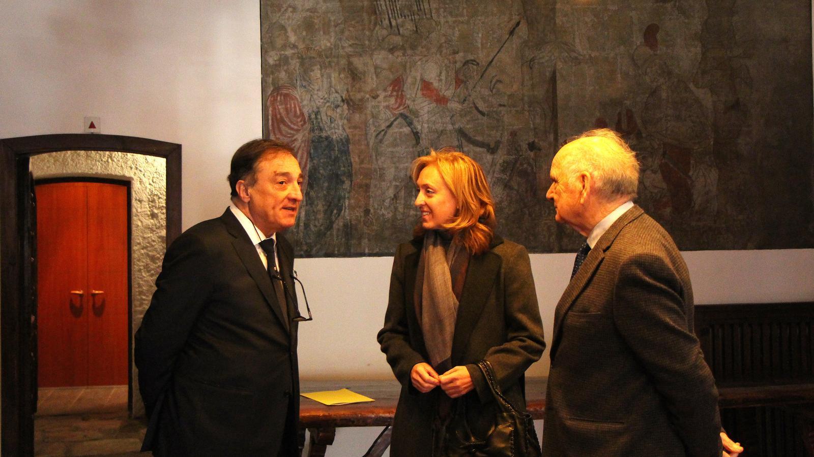 Marc Vila conversa amb el seu predecessor, Josep Rodríguez i la secretària dels serveis del copríncep episcopal, Concepció Garcia. / M. F.