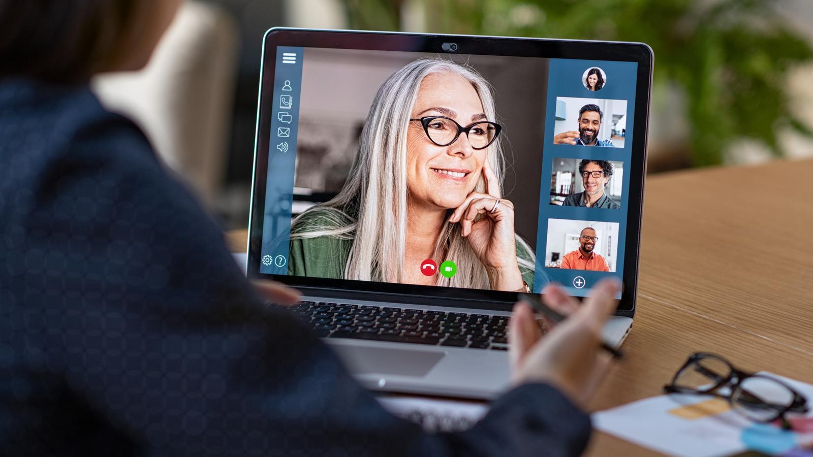 Una dona fent una videoconferència amb el seu equip