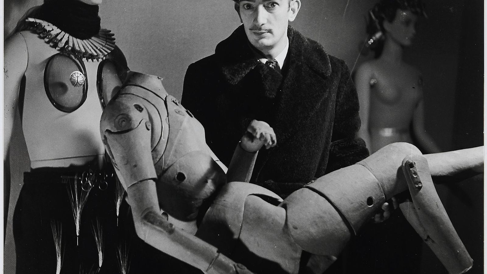 """Elles photographient Dali"" - Dali et son mannequin a l'Exposition Internationale du Surrealisme (París, 1938). DENISE BELLON"