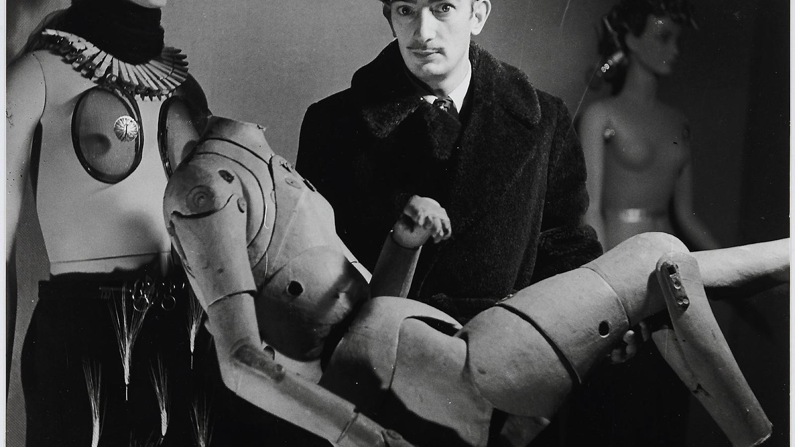 """""""Elles photographient Dali"""" - Dali et son mannequin a l'Exposition Internationale du Surrealisme (París, 1938). DENISE BELLON"""