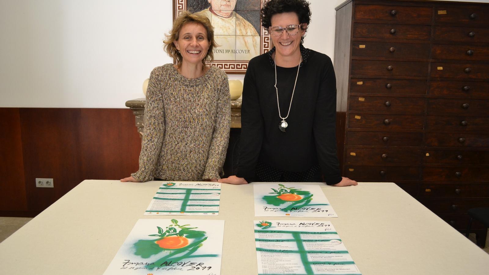 La directora de la Institució Bàrbara Sagrera i la regidora de Cultura, Antònia Llodrà, presentant el programa d'actes.