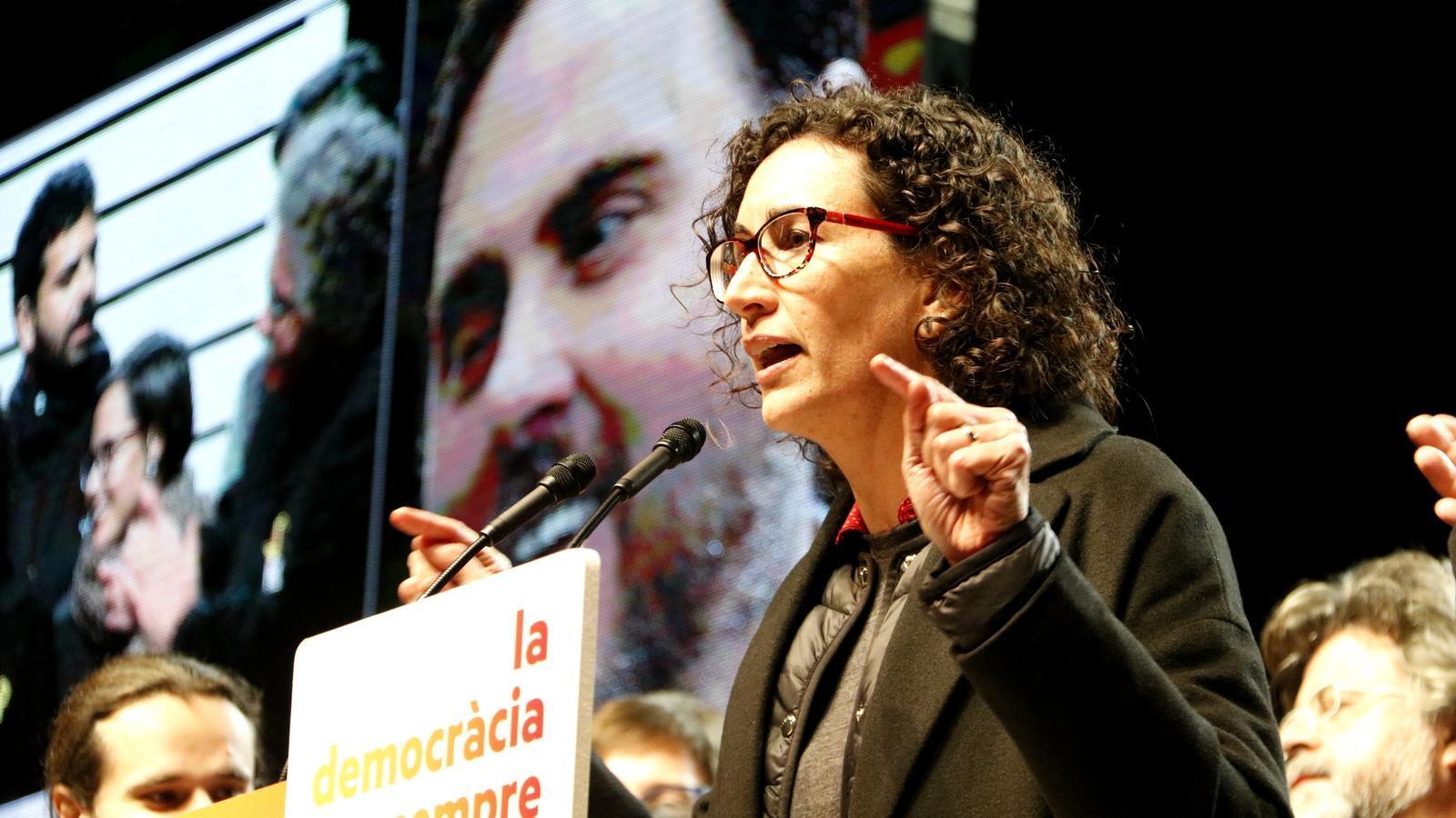 Marta Rovira amb una imatge d'Oriol Junqueras de fons en el míting final d'ERC