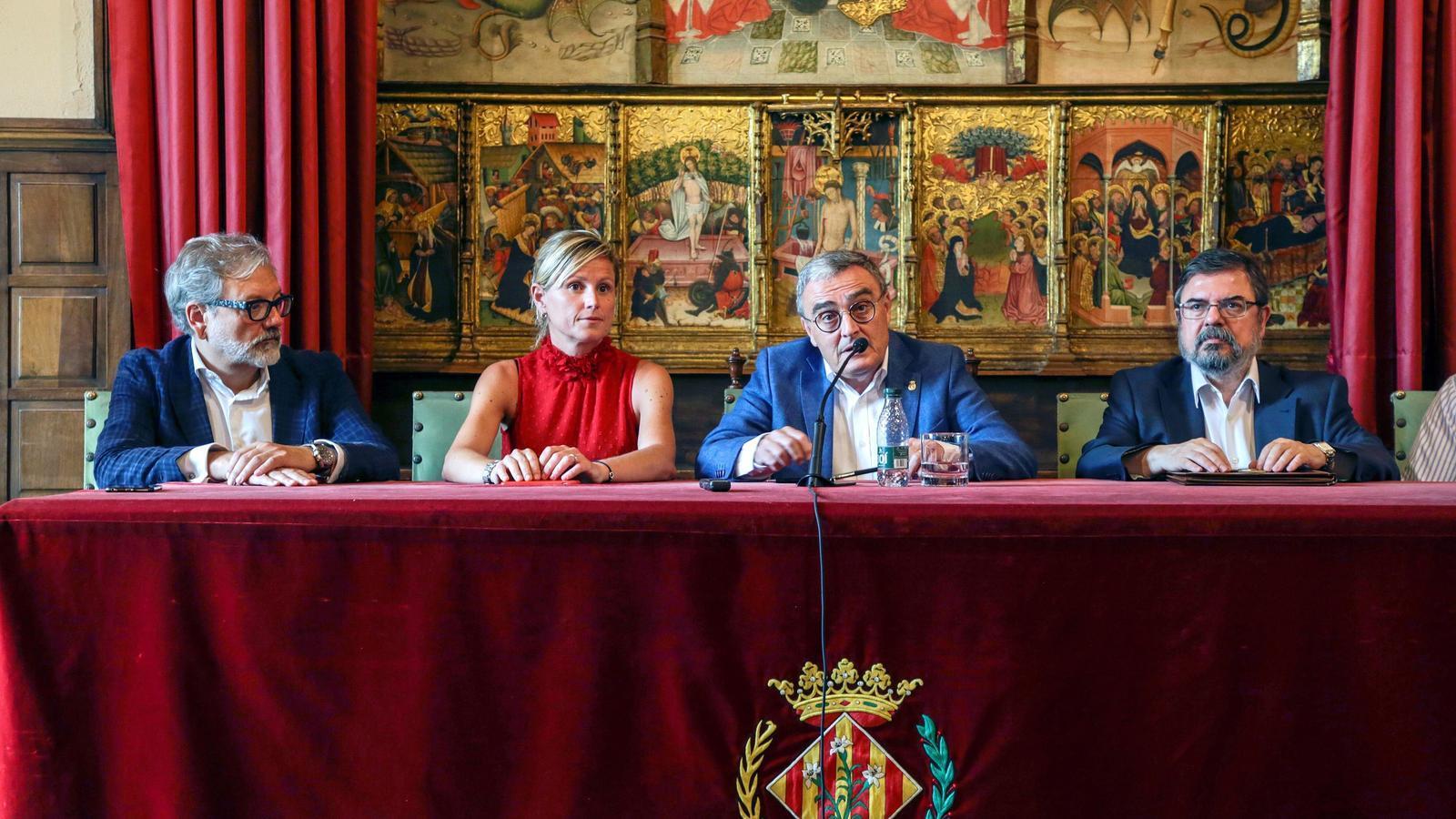 Àngel Ros en la signatura de la seva renúncia a alcalde de Lleida. / ADRIÀ ROPERO (EFE)