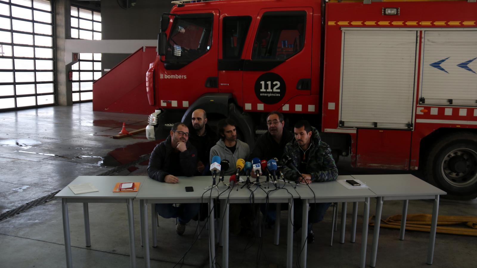 """Els sindicats de bombers diuen que una """"millor resposta"""" al foc de Badalona n'hauria reduït els efectes"""