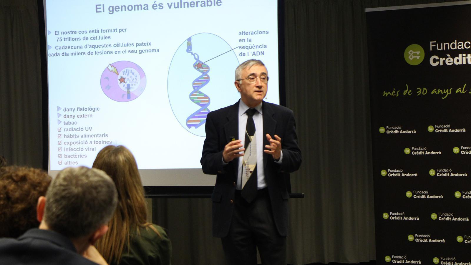 El director de recerca de l'Hospital Clínic de Barcelona, Elías Campo, durant la xerrada. / M. F. (ANA)
