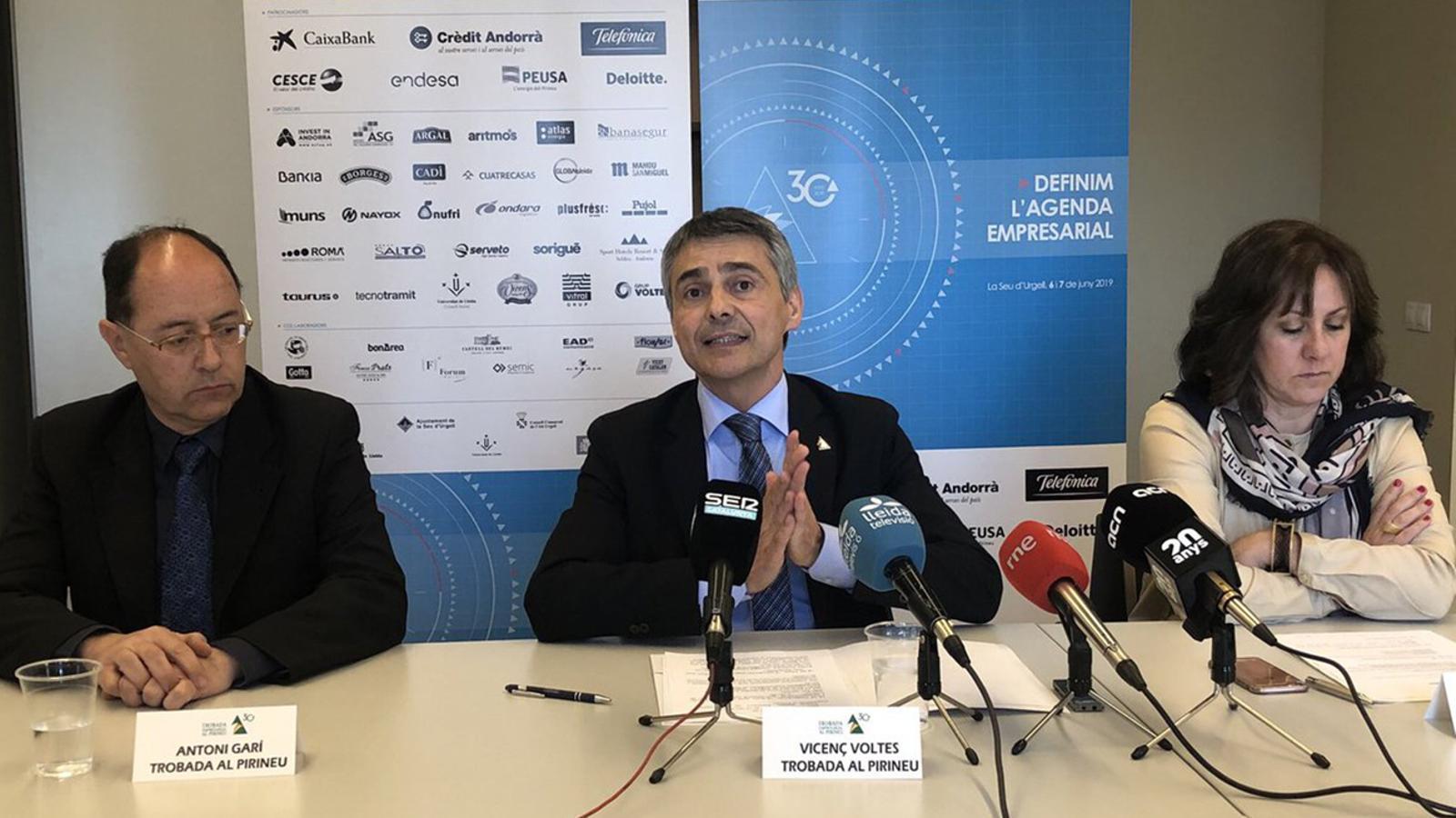 El president de la Trobada al Pirineu, Vicenç Voltes (centre), intervé aquest dijous durant la roda de premsa de presentació de la trentena edició. / TROBADA AL PIRINEU