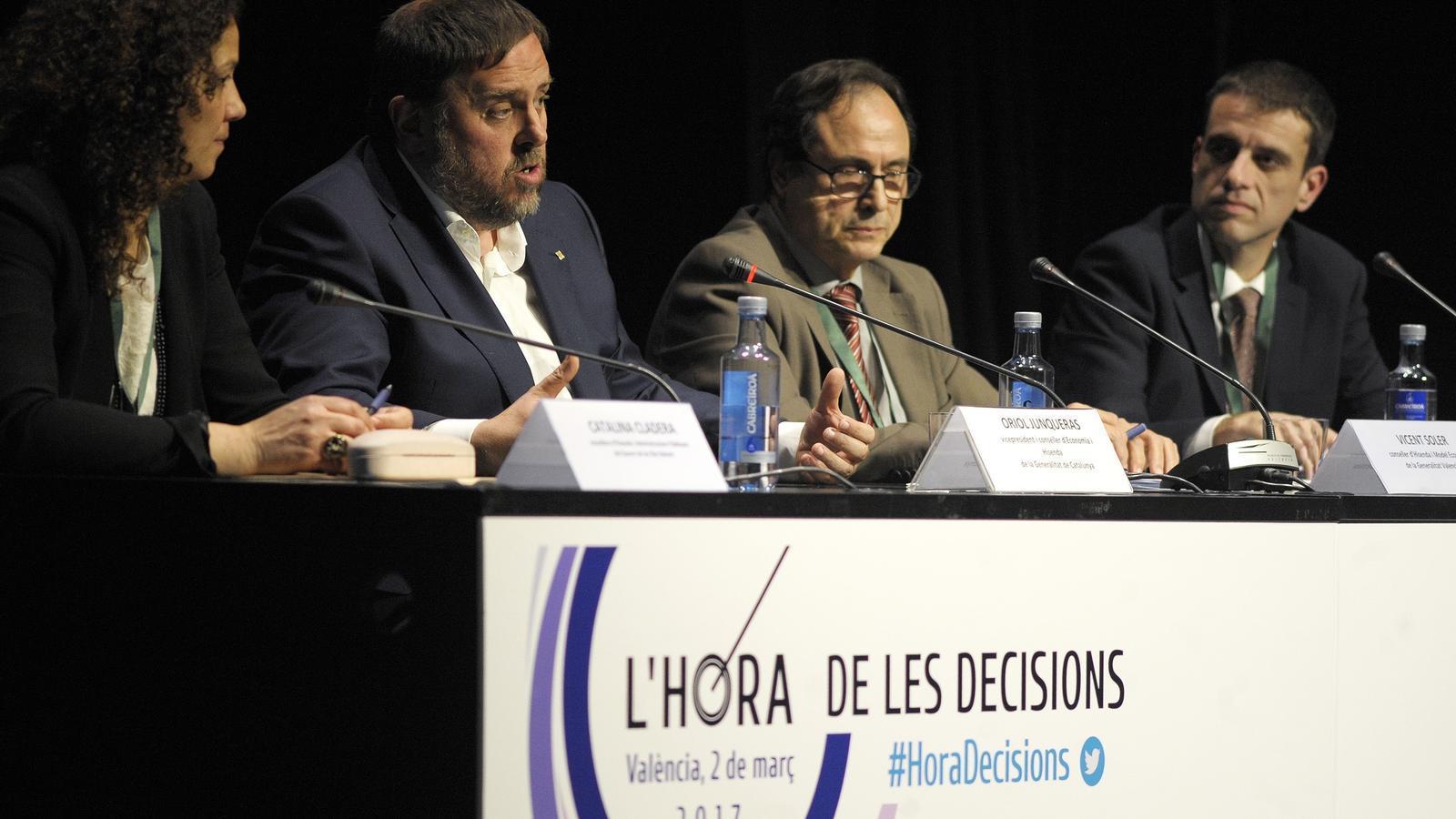 Oriol Junqueras amb el conseller d'Hisenda valencià, Vicent Soler, i l'homòloga balear, Catalina Cladera, a la trobada per parlar de finançament a València / DANIEL GARCIA-SALA