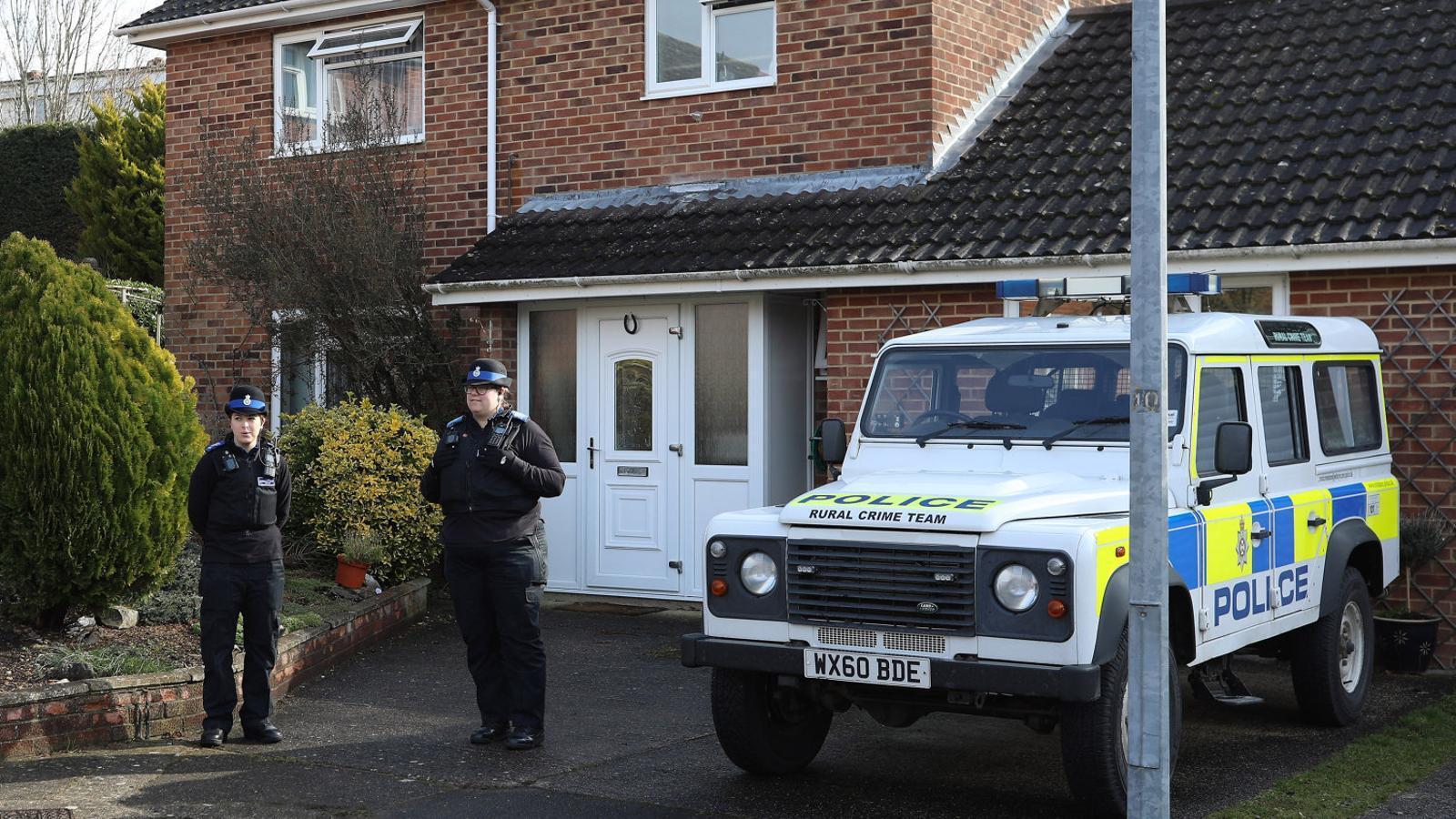 Des de diumenge a la tarda la policia vigila la casa on viu Serguei Skripal. L'exespia la va comprar el 2011, mesos després d'haver-se exiliat al Regne Unit.