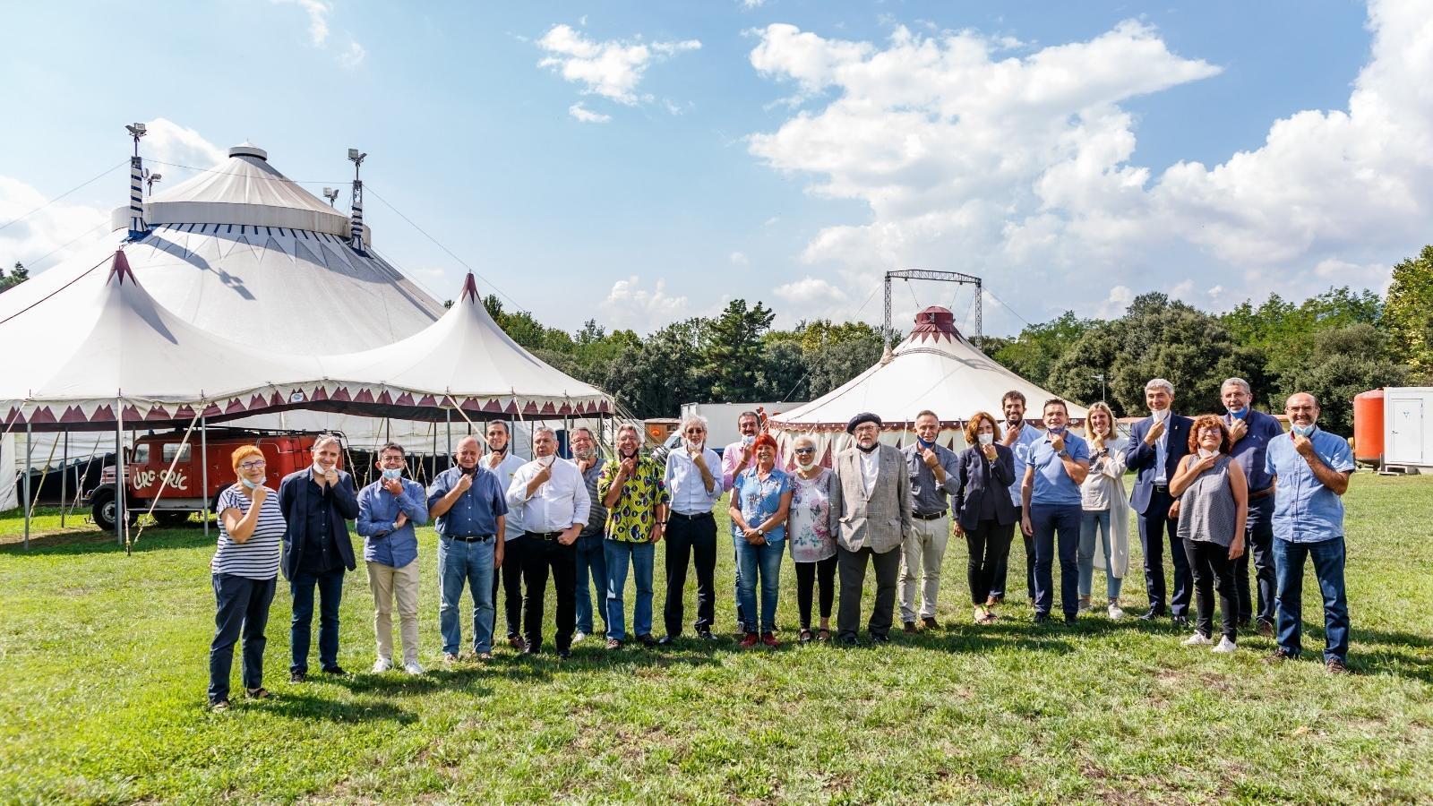 Els responsables del Circ Cric amb els representants institucionals a qui han explicat el nou projecte