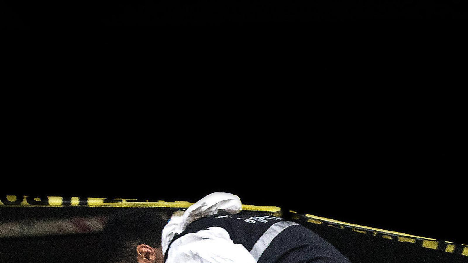01. Un policia forense turc ahir al consolat saudita d'Istanbul, on continuen les investigacions sobre l'assassinat del periodista Jamal Khashoggi. 02. El príncep hereu saudita, Mohamed bin Salman, encaixant amb un dels fills del periodista mort en una recepció ahir a Riad. El príncep va expressar-li el seu condol.