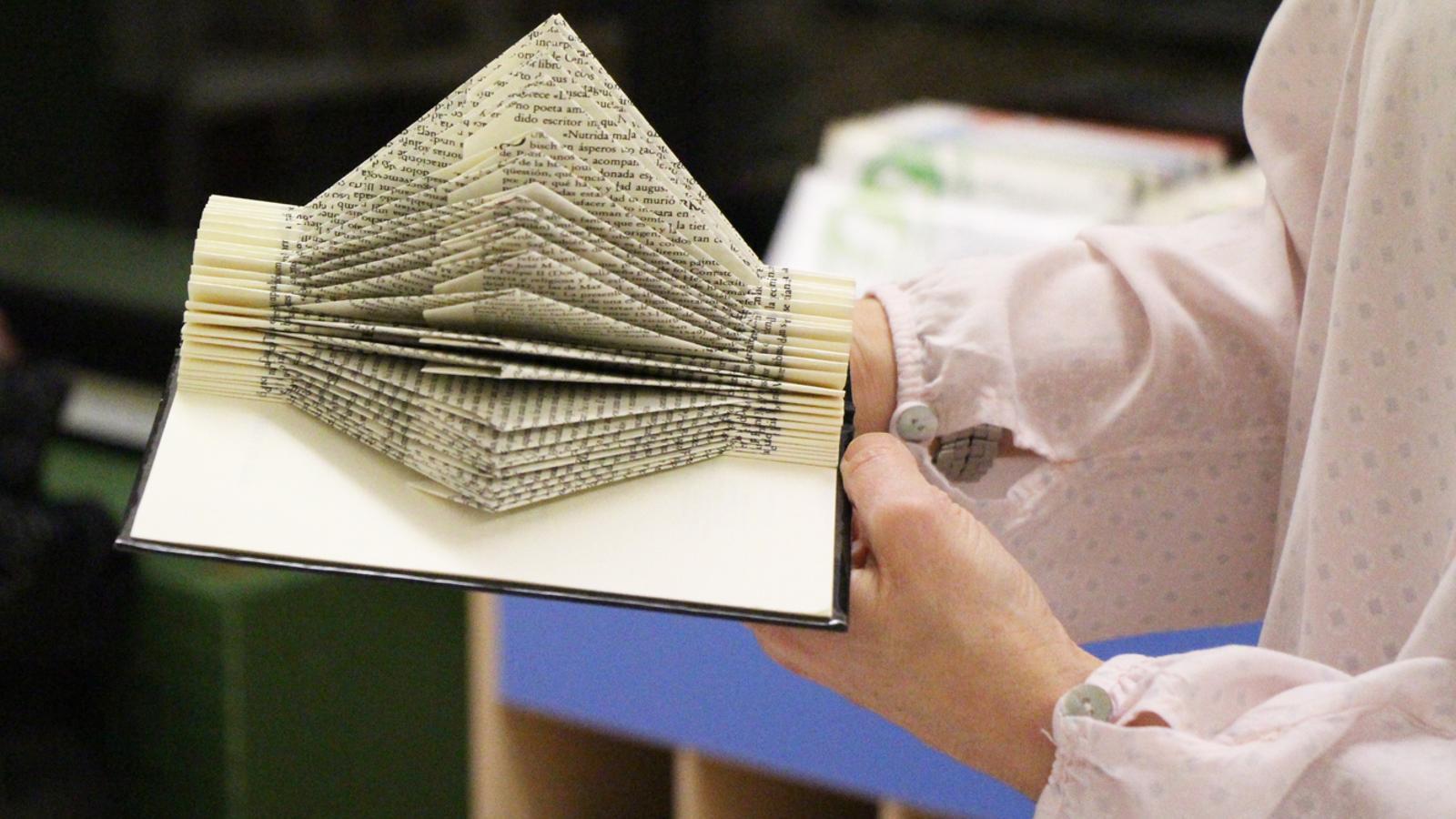 Susana Ginesta ha impartit un taller sobre 'paper book art' a la biblioteca d'Encamp. / E. J. M. (ANA)