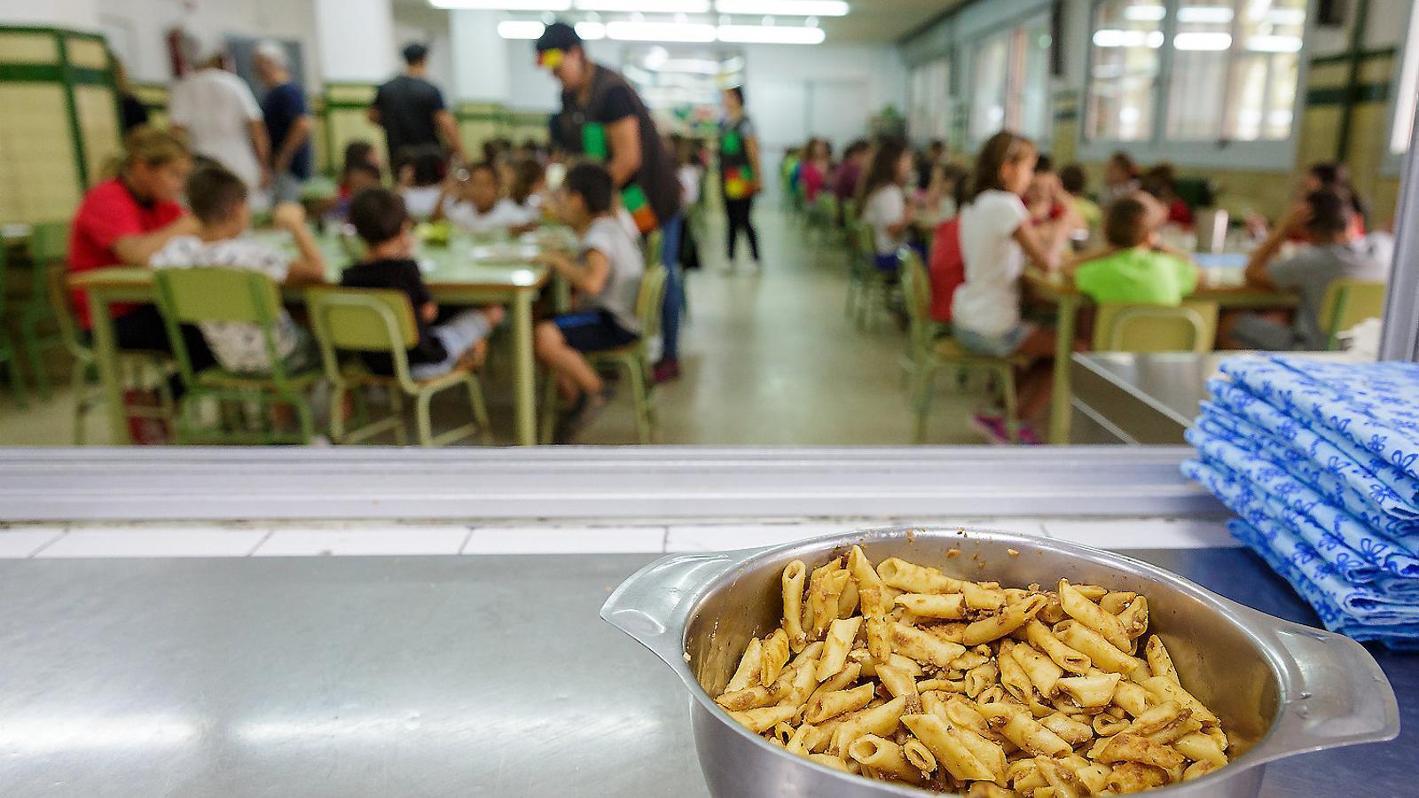 Menjador de l'Escola Migdia, a Girona. A Catalunya hi ha 400.000 alumnes que fan ús d'aquest servei, que el Govern vol regular.