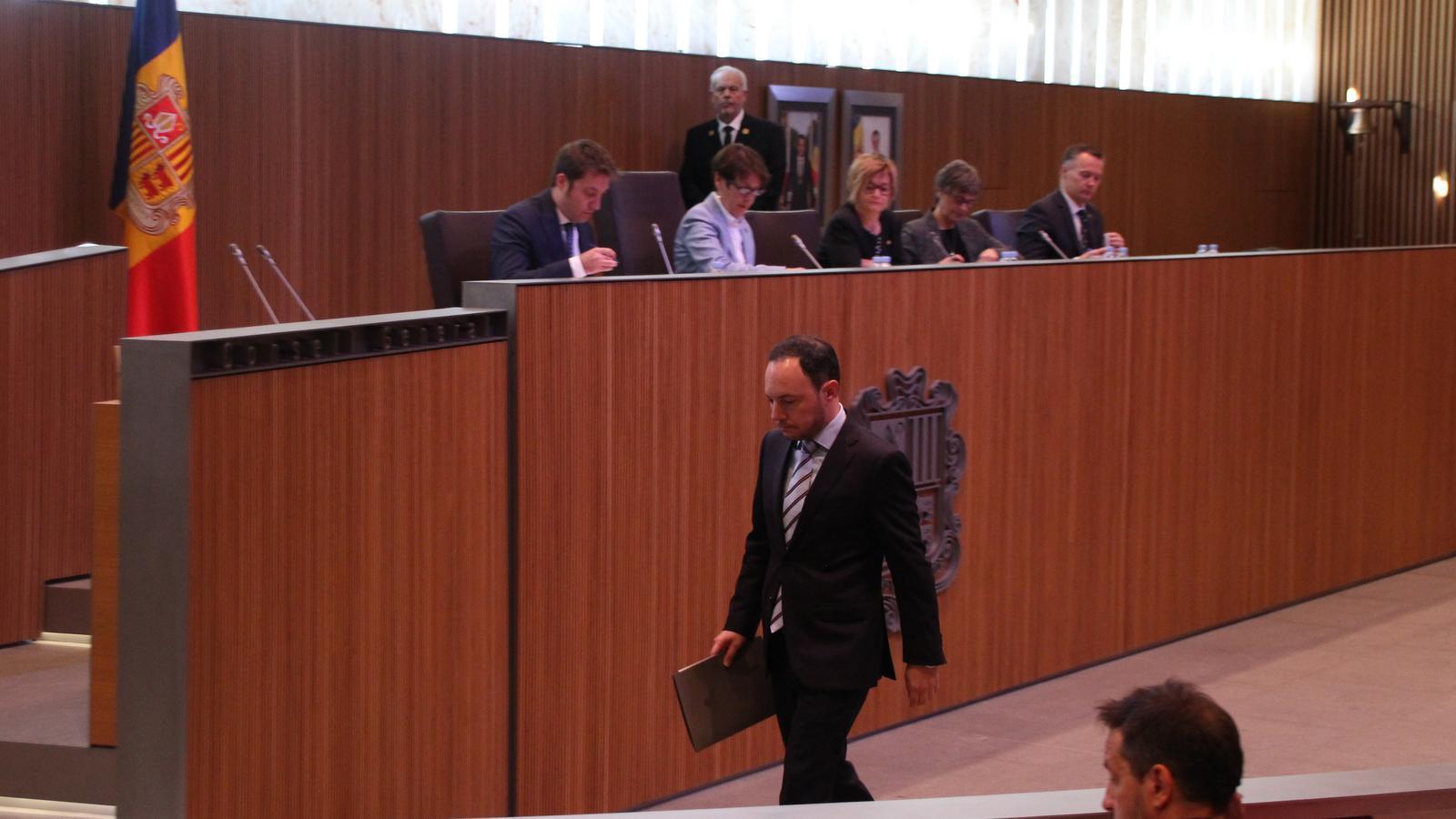Xavier Espot dirigint-se a la tribuna abans de la seva intervenció i sota la mirada de Pere López. / M. F. (ANA)