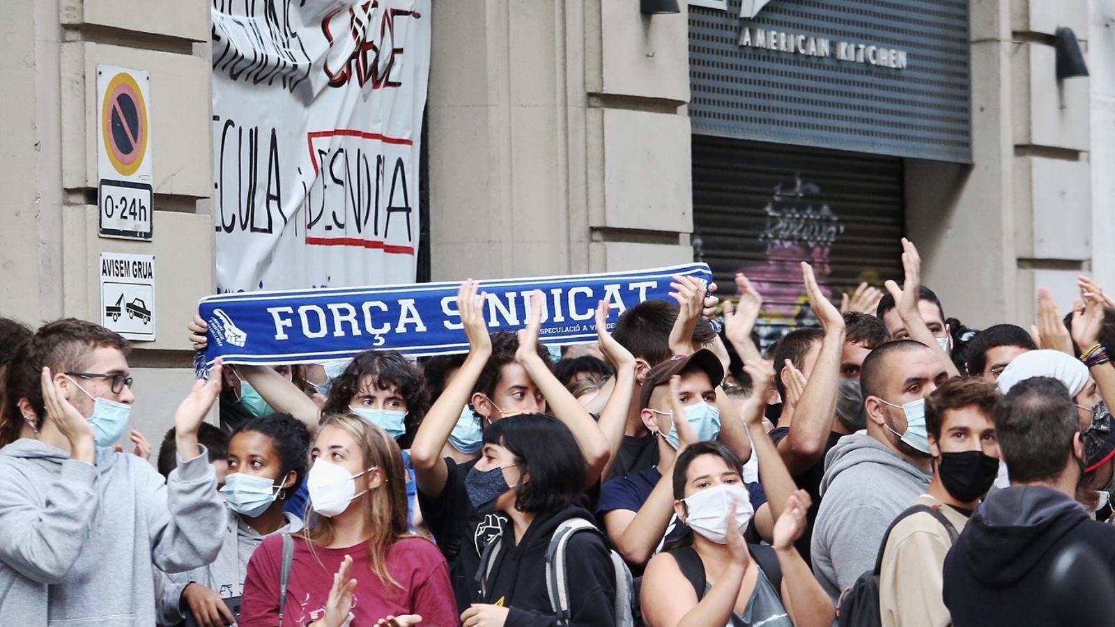 Mobilització veïnal per impedir el desnonament de dues dones i els seus fills a Barcelona