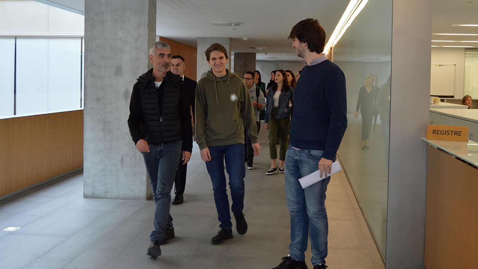 Mateu Bracque del Fridays For Future amb el president del grup parlamentari demòcrata, Carles Ensenyat i el president suplent del liberal, Marc Magallon, moments abans d'entrar la proposta a tràmit. / M. F.