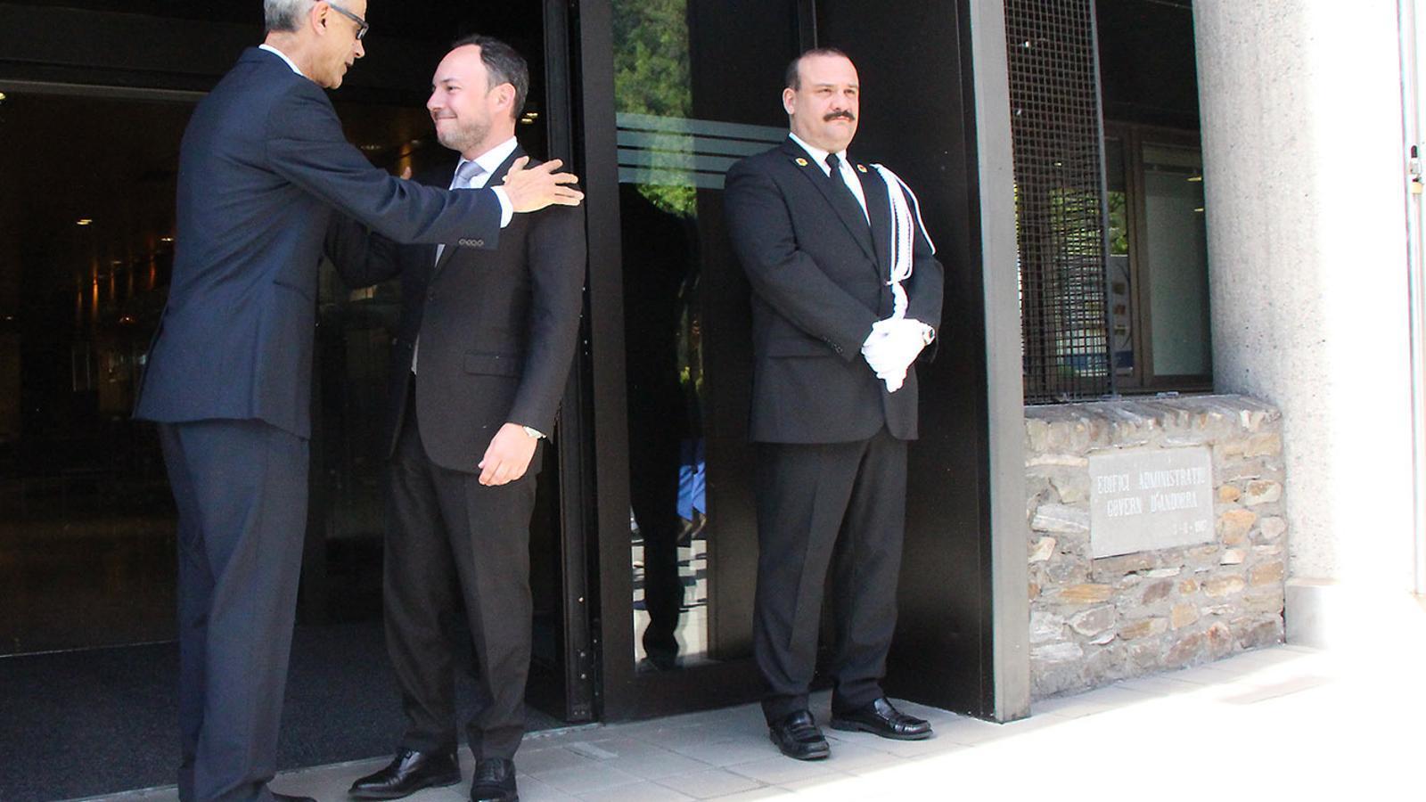 Xavier Espot i Toni Martí, en el moment que aquest darrer ha abandonat l'edifici administratiu. / M. F. (ANA)