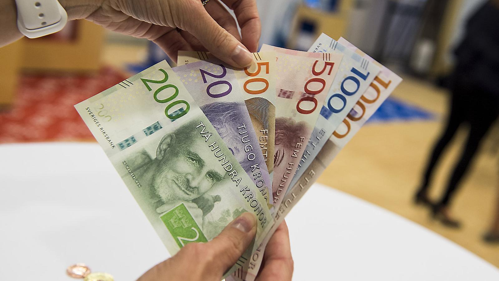 Pagar amb bitllets de corones cada cop és més difícil i hi ha comerços que només accepten les transaccions amb targeta o a través del mòbil.