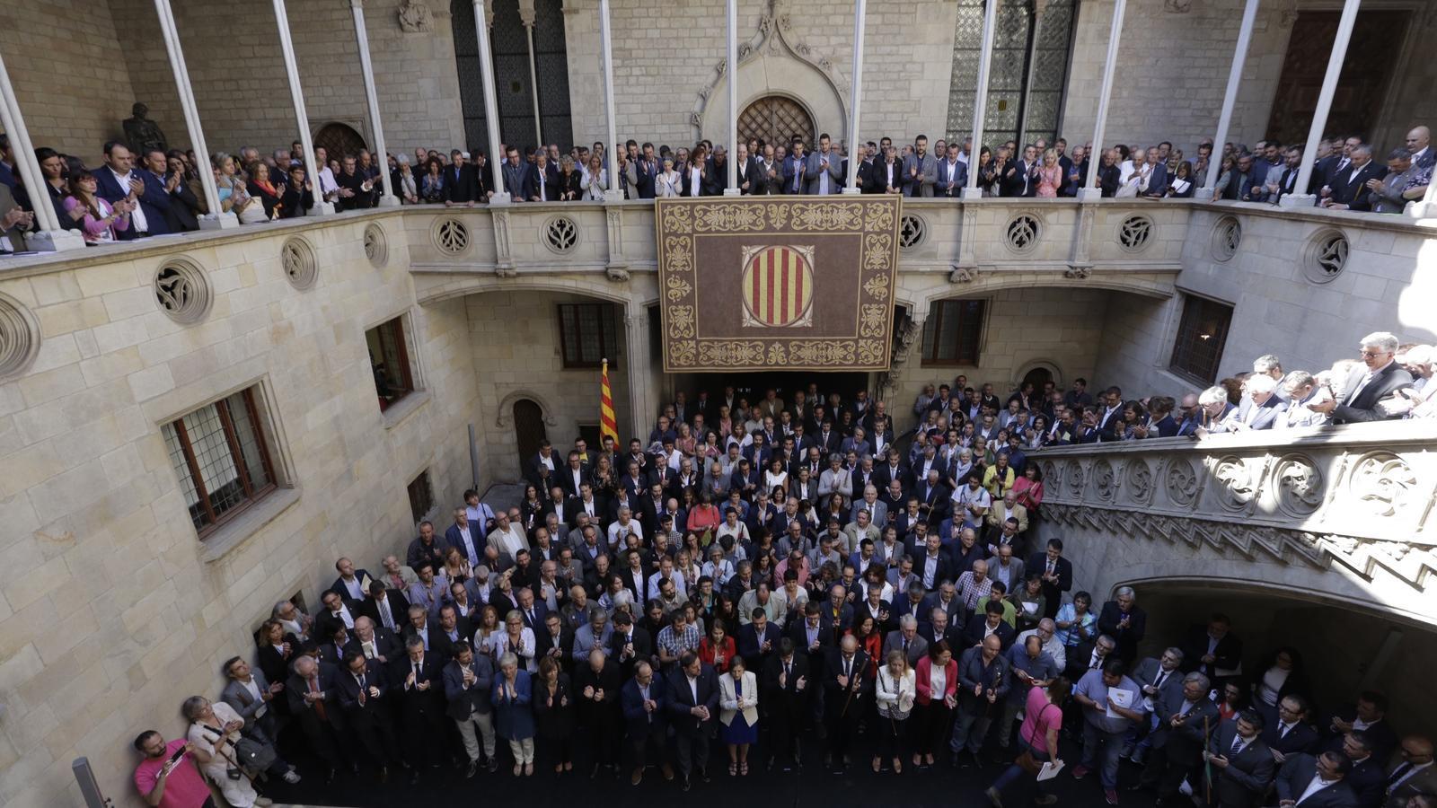 Els alcaldes, amb el Govern al capdavant, al pati dels carruatges i la galeria gòtica del Palau