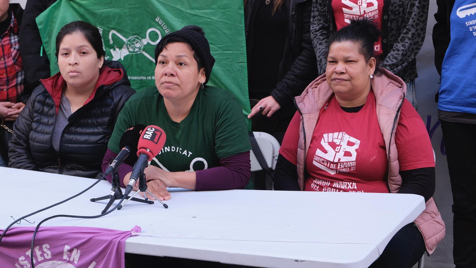 D'esquerra a dreta, la Joselyn, l'Ana Maria i la Lisbeth, durant la roda de premsa