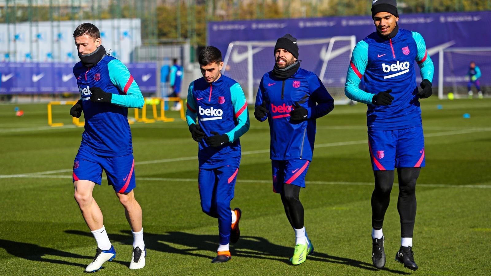 Els jugadors del Barça entrenant aquest dilluns